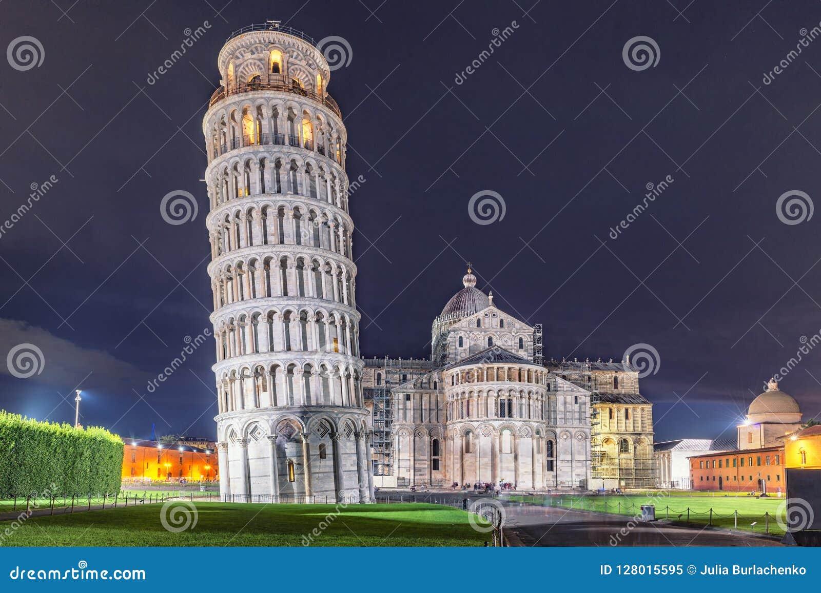 Tour, baptistère et cathédrale de Pise de patrimoine mondial la nuit