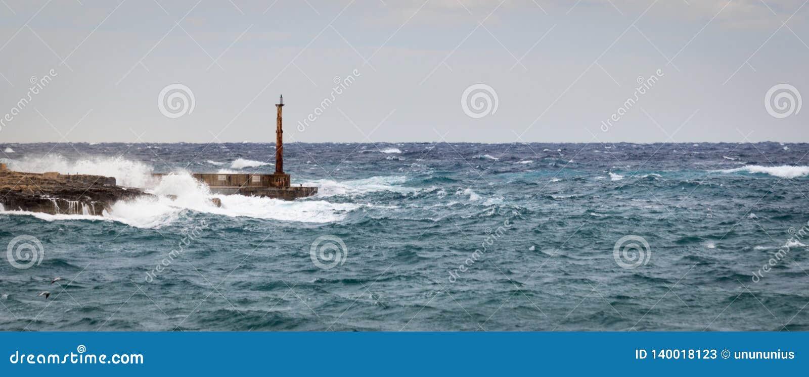 Tour, brise-lames et phare résister à la mer crue et aux hautes vagues