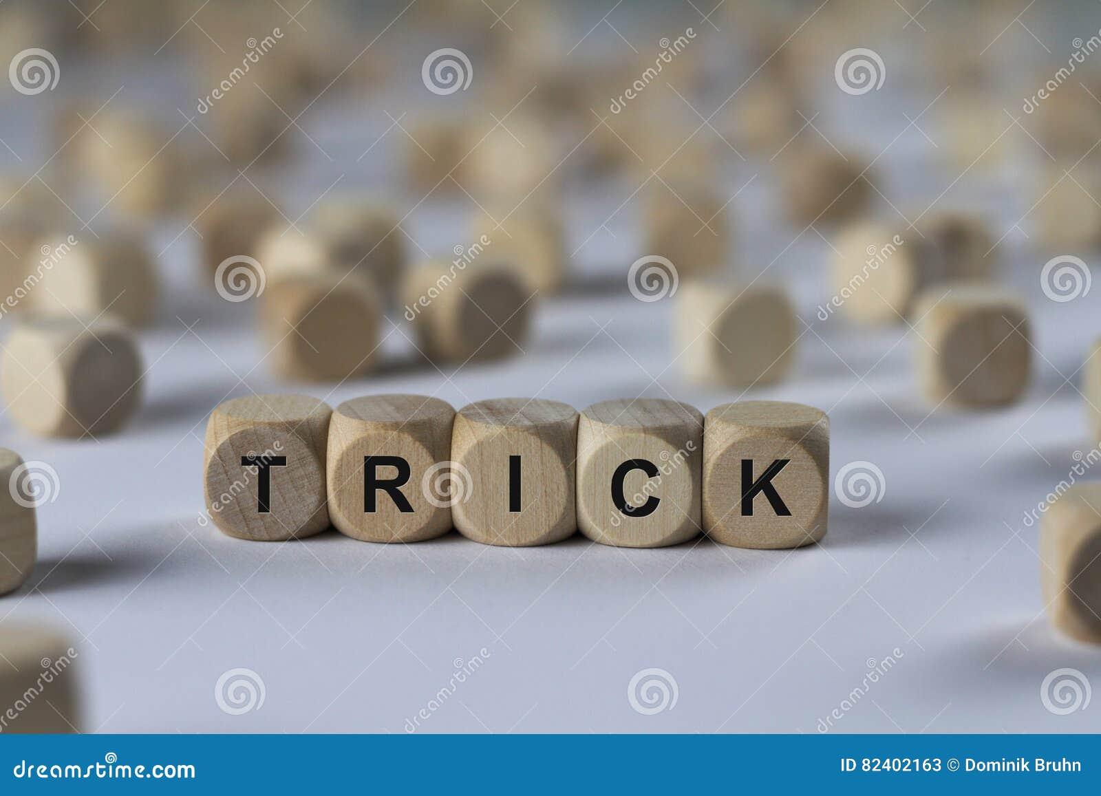 Tour - cube avec des lettres, signe avec les cubes en bois