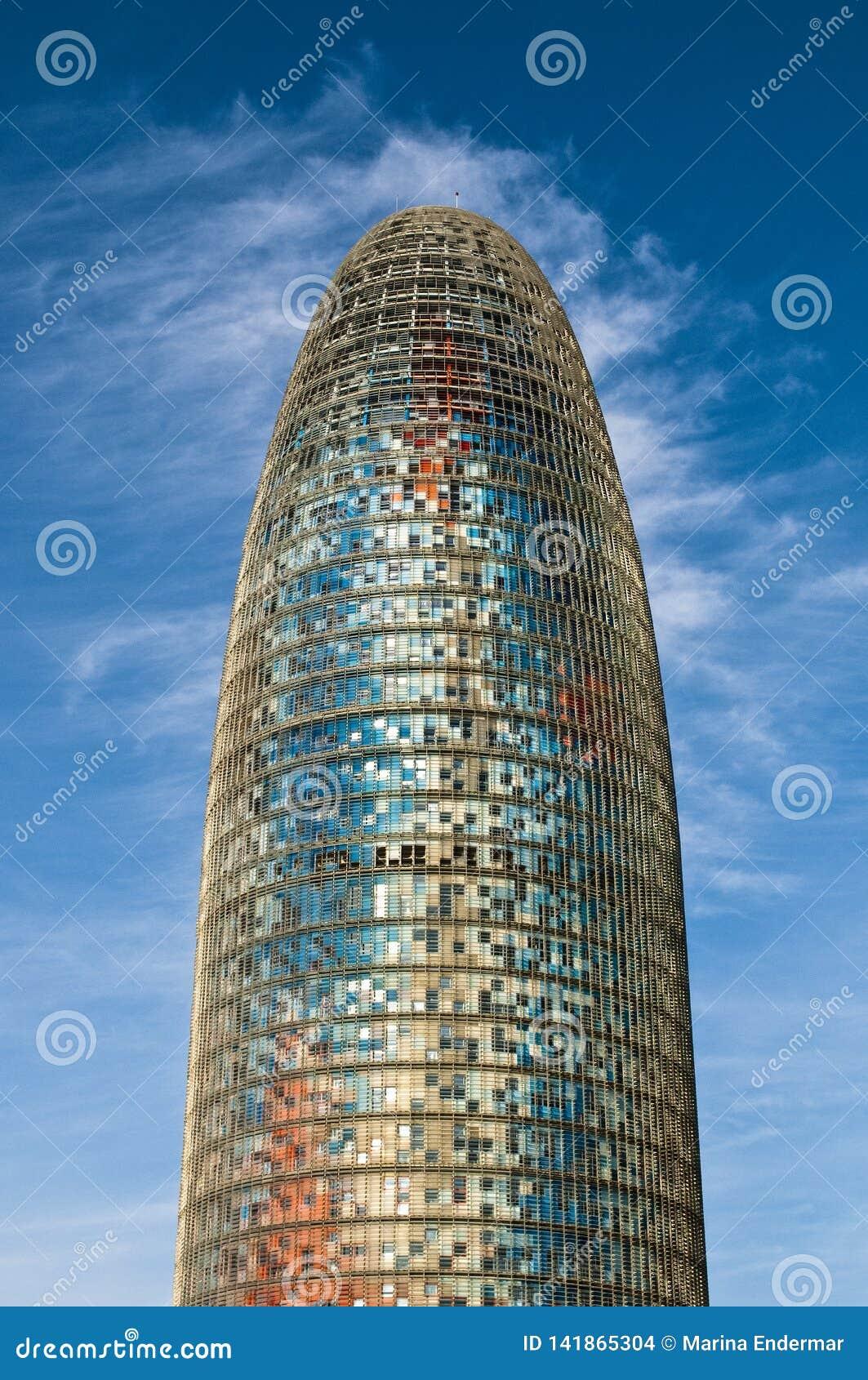 Tour d Agbar contre le ciel bleu, Barcelone, Catalogne, Espagne