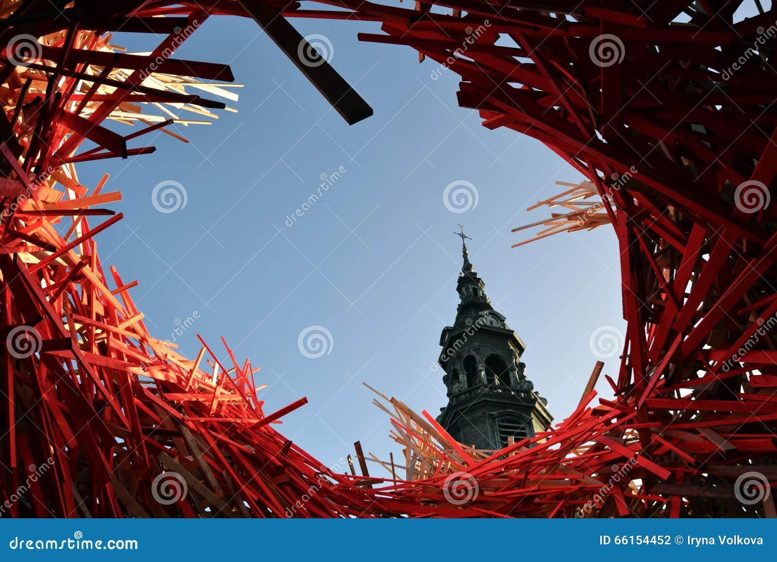 Tour d hôtel de ville de Mons et art moderne