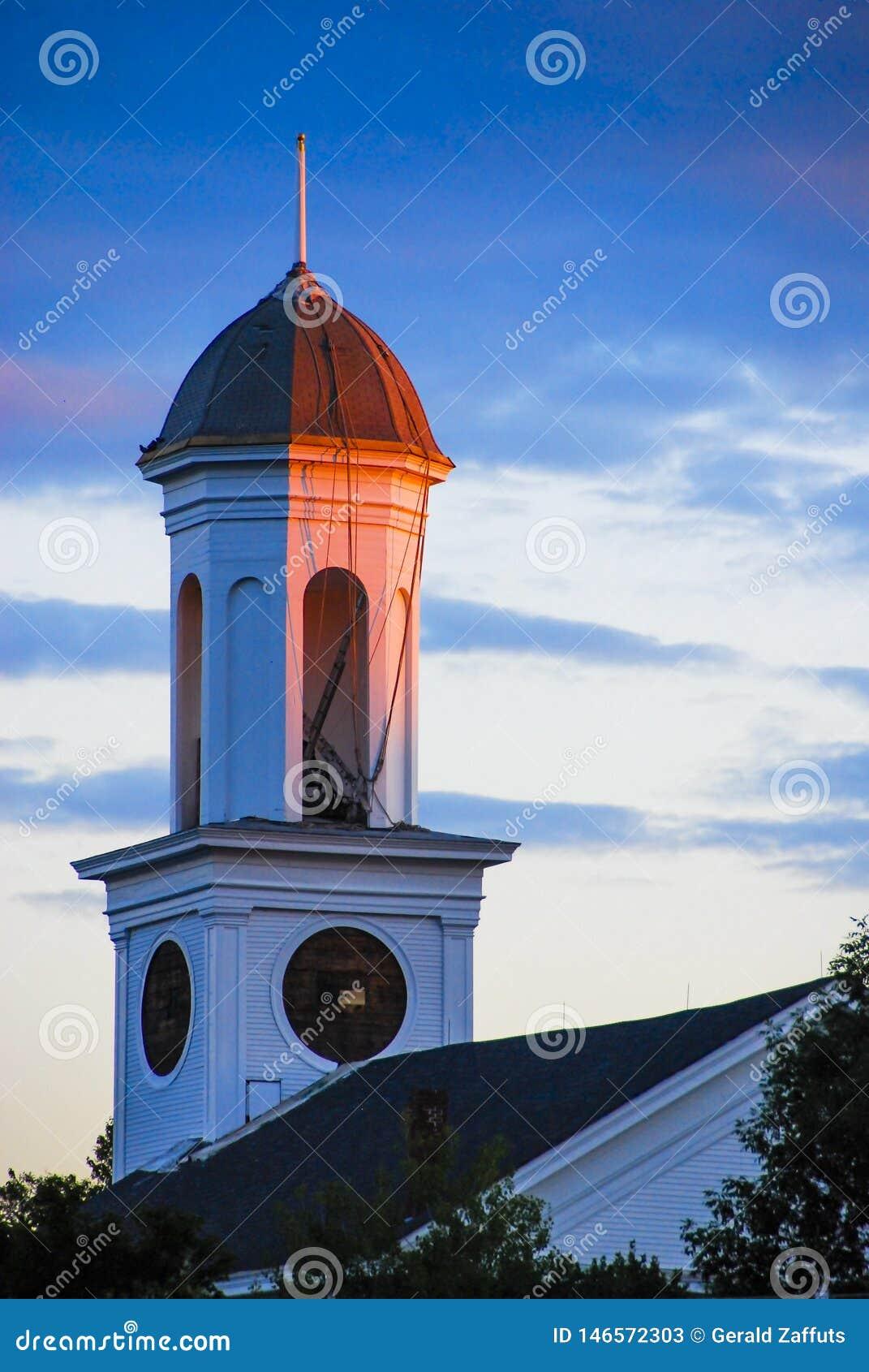 Tour d horloge au coucher du soleil avec le ciel bleu et les nuages