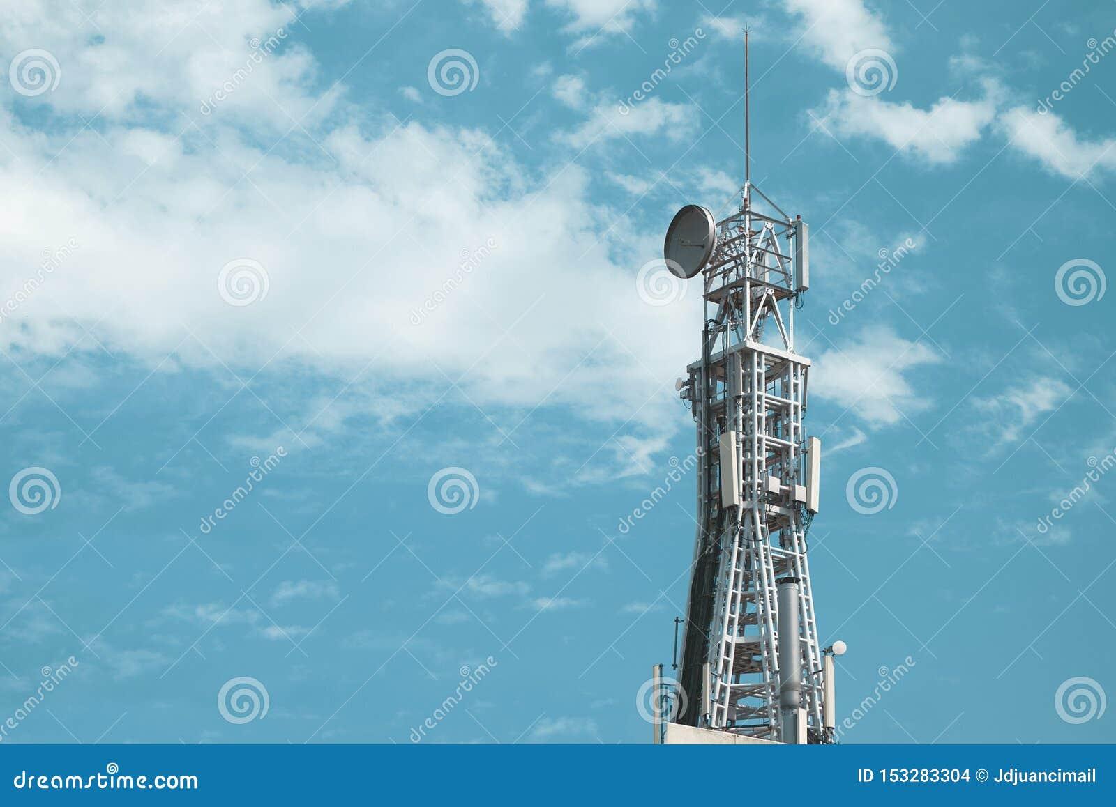 Tour de communication mobile de signal de télécom contre un ciel bleu l espace vide de copie