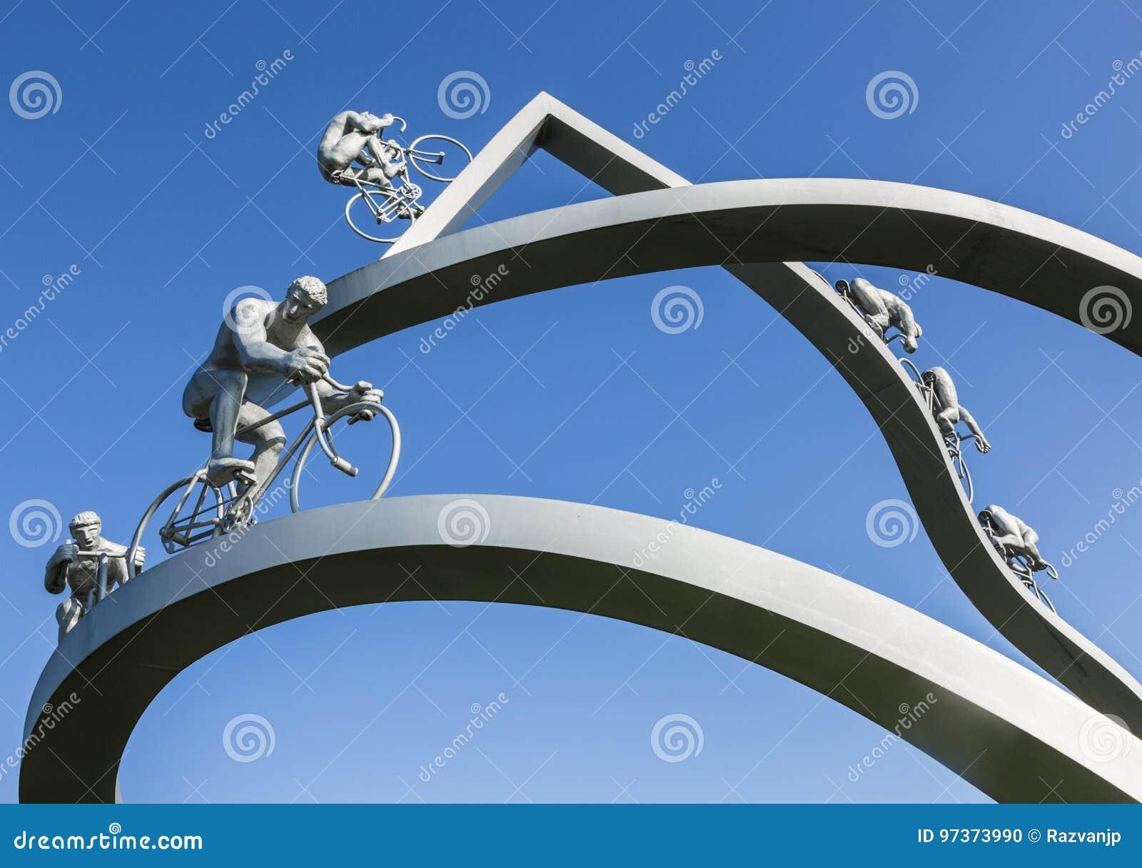 Tour de France del  del †in dettaglio della scultura del  di Pyreneesâ€