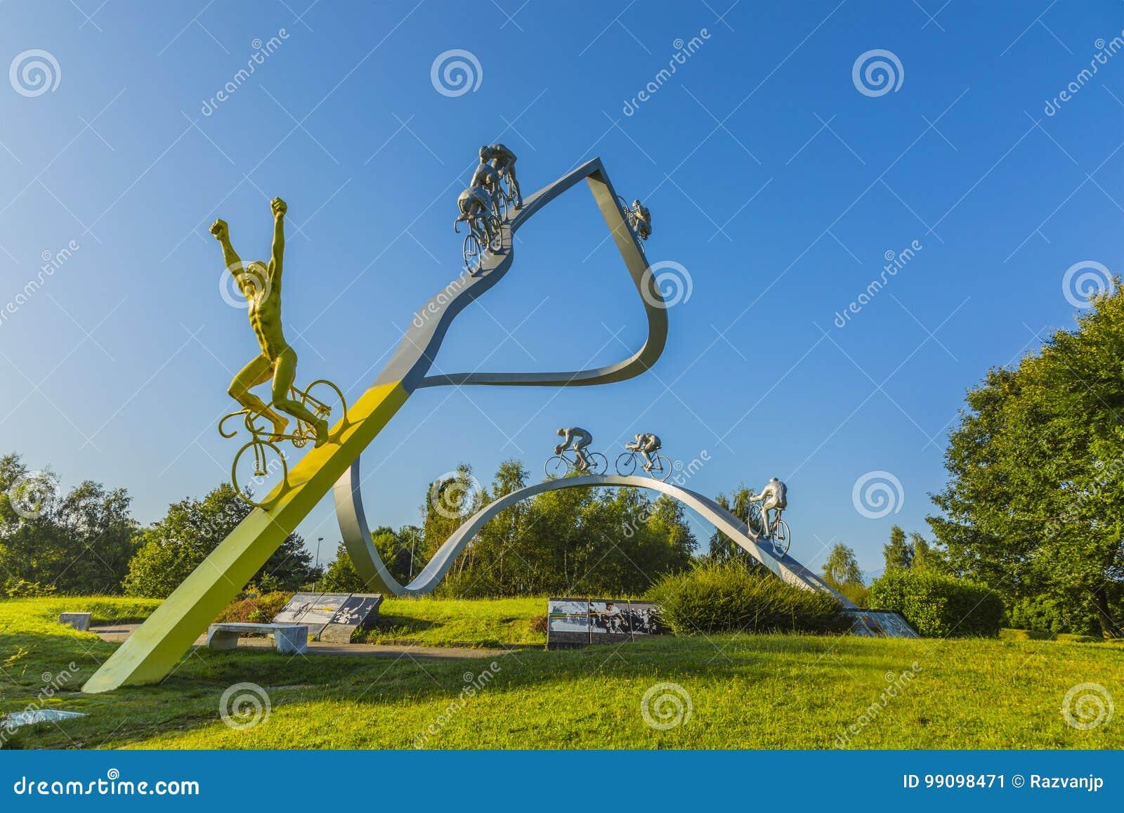 """Tour de France i den Pyrenees†skulpturen"