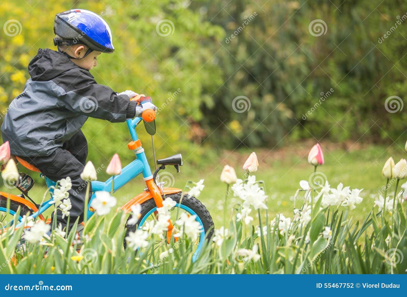 Tour de garçon un vélo