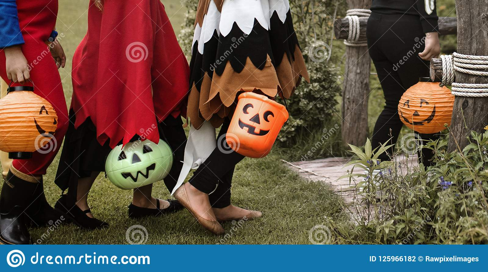 Tour de jeunes garçons ou traitement pendant Halloween