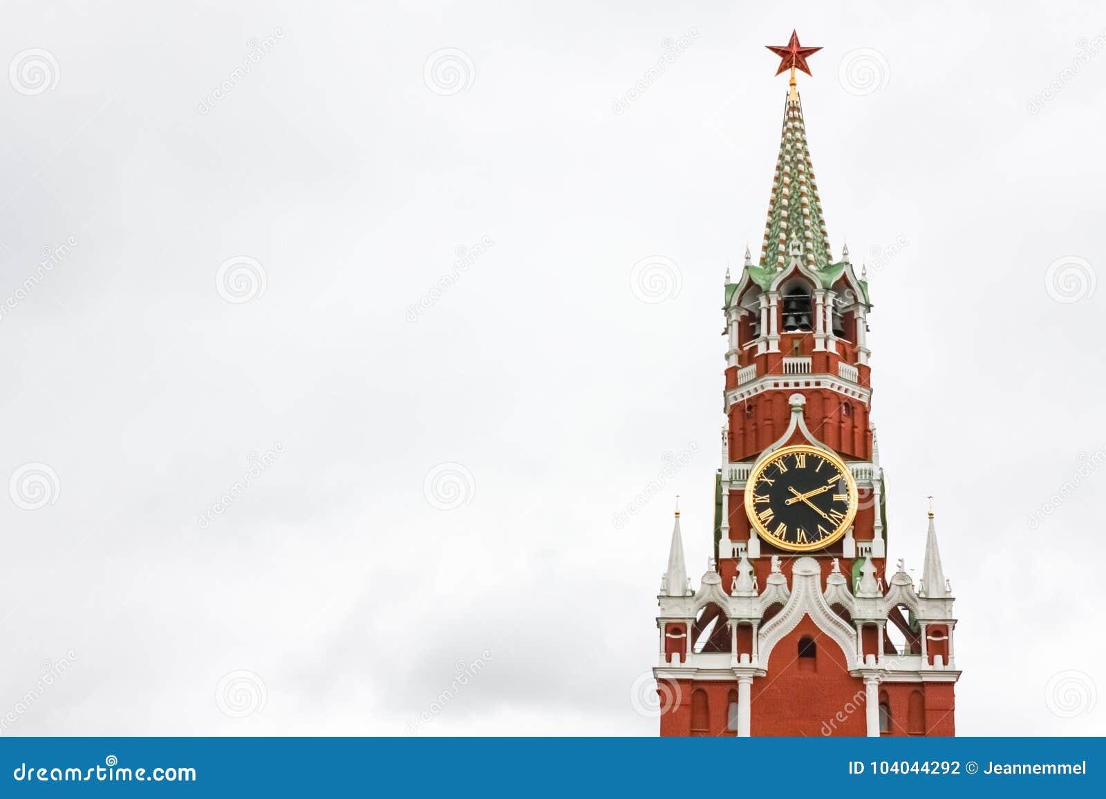 Tour de Spasskaya de Moscou Kremlin contre le ciel blanc