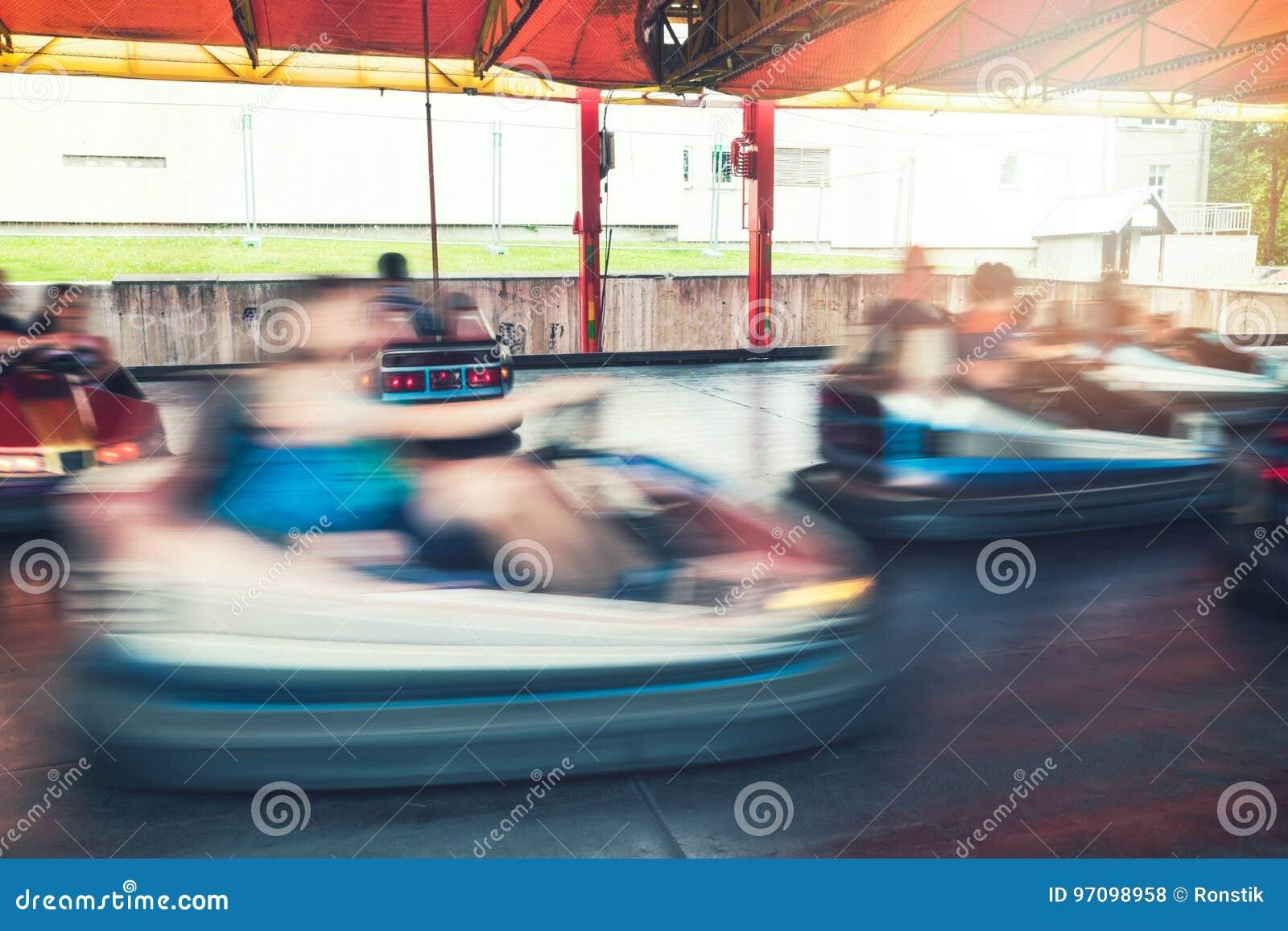 Tour de voiture de butoir au parc d attractions