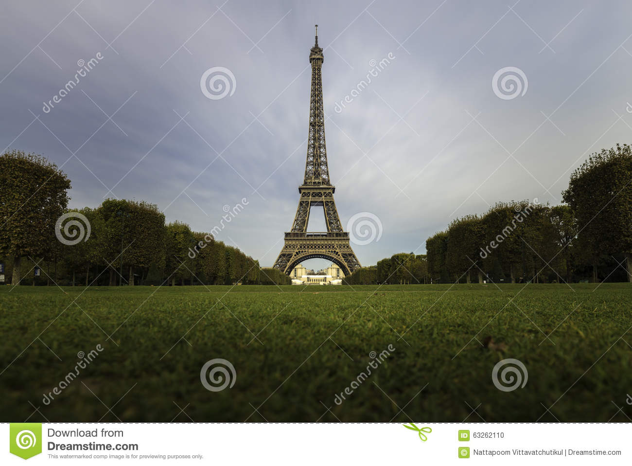 tour eiffel avec la verdure dans le jour clair de ciel photo stock image 63262110. Black Bedroom Furniture Sets. Home Design Ideas