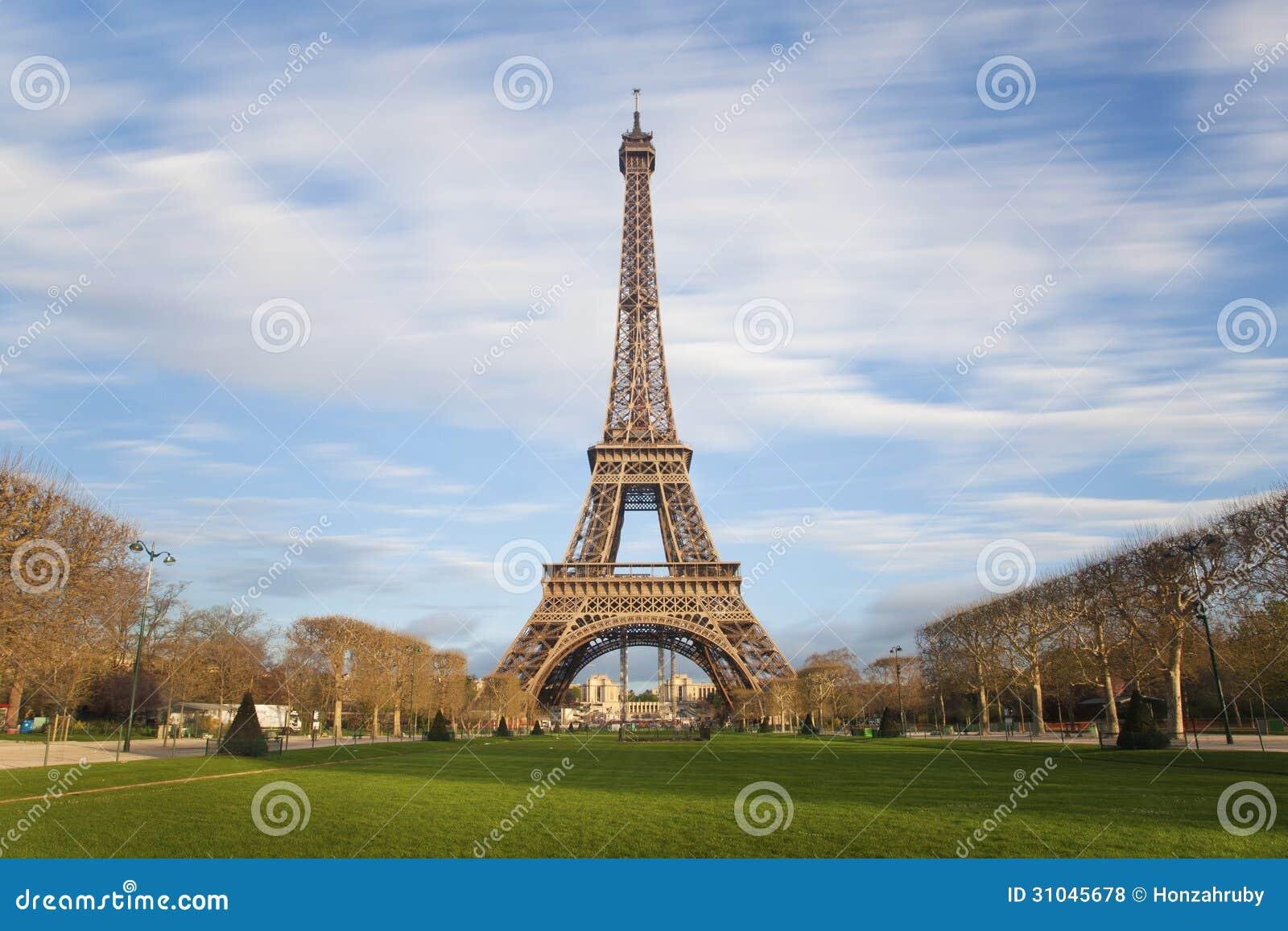 Tour eiffel avec les nuages mobiles sur le ciel bleu paris photos libres de - Monter a la tour eiffel prix ...
