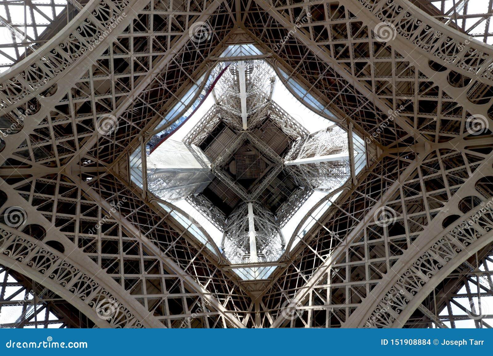 Tour Eiffel a centré le regard vers le haut du niveau du sol