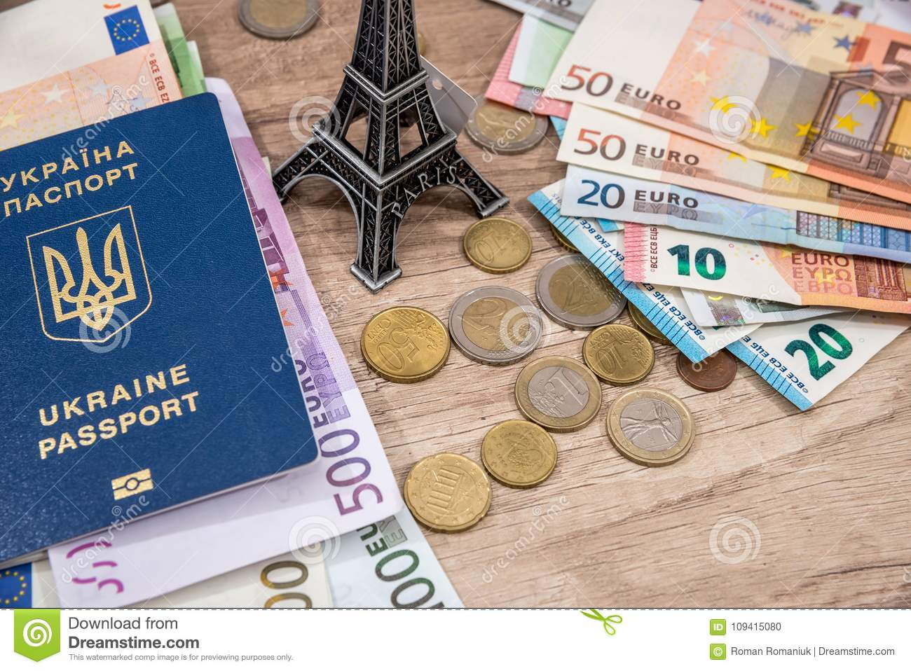 Tour eiffel passeport euro argent sur le bureau photo stock