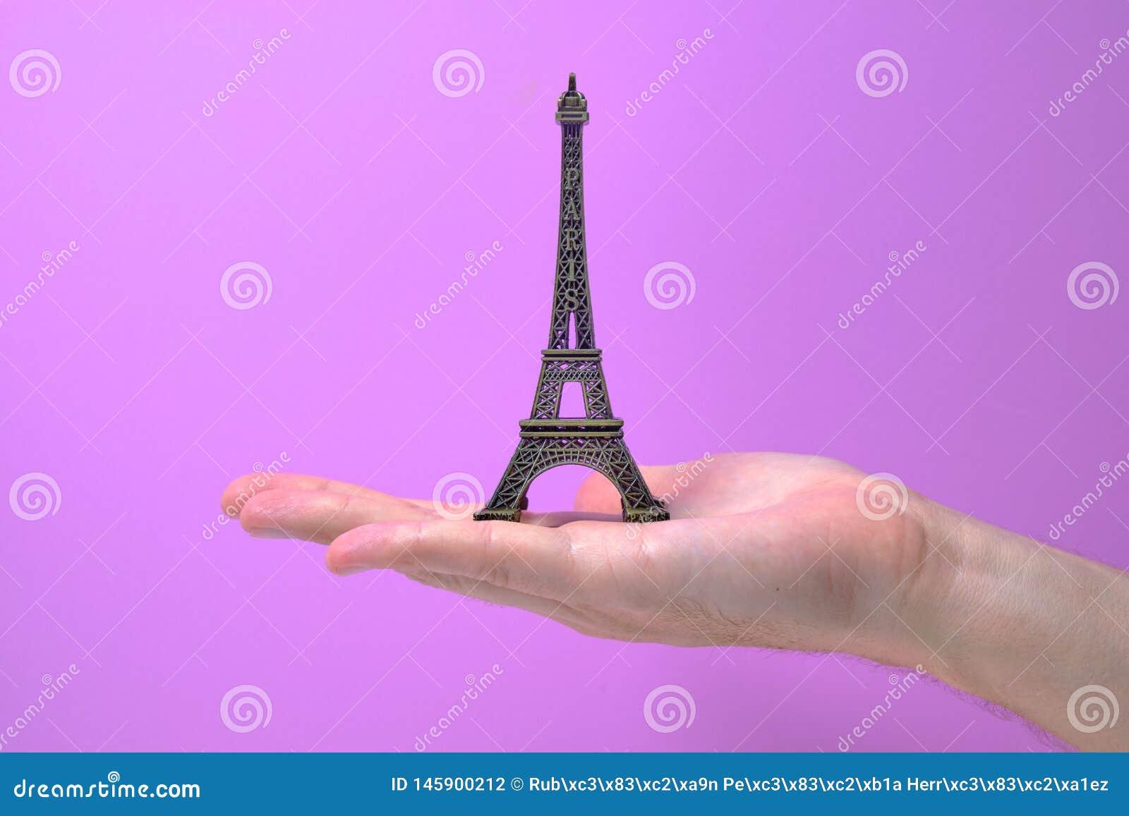Tour Eiffel a remis à la main étroit vers le haut du souvenir en bronze