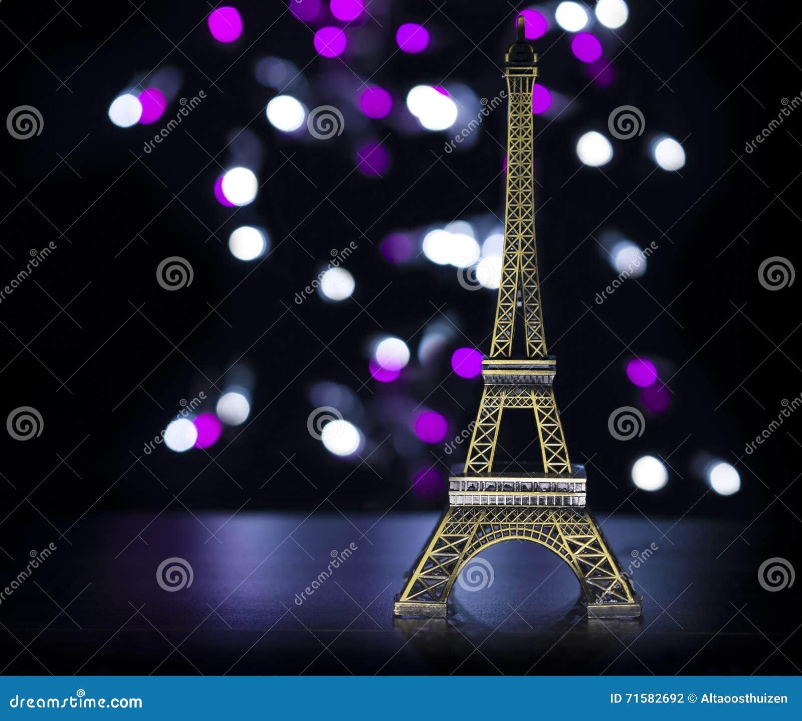 Tour Eiffel a tiré dans le studio avec des lumières de bokeh dans le backgound