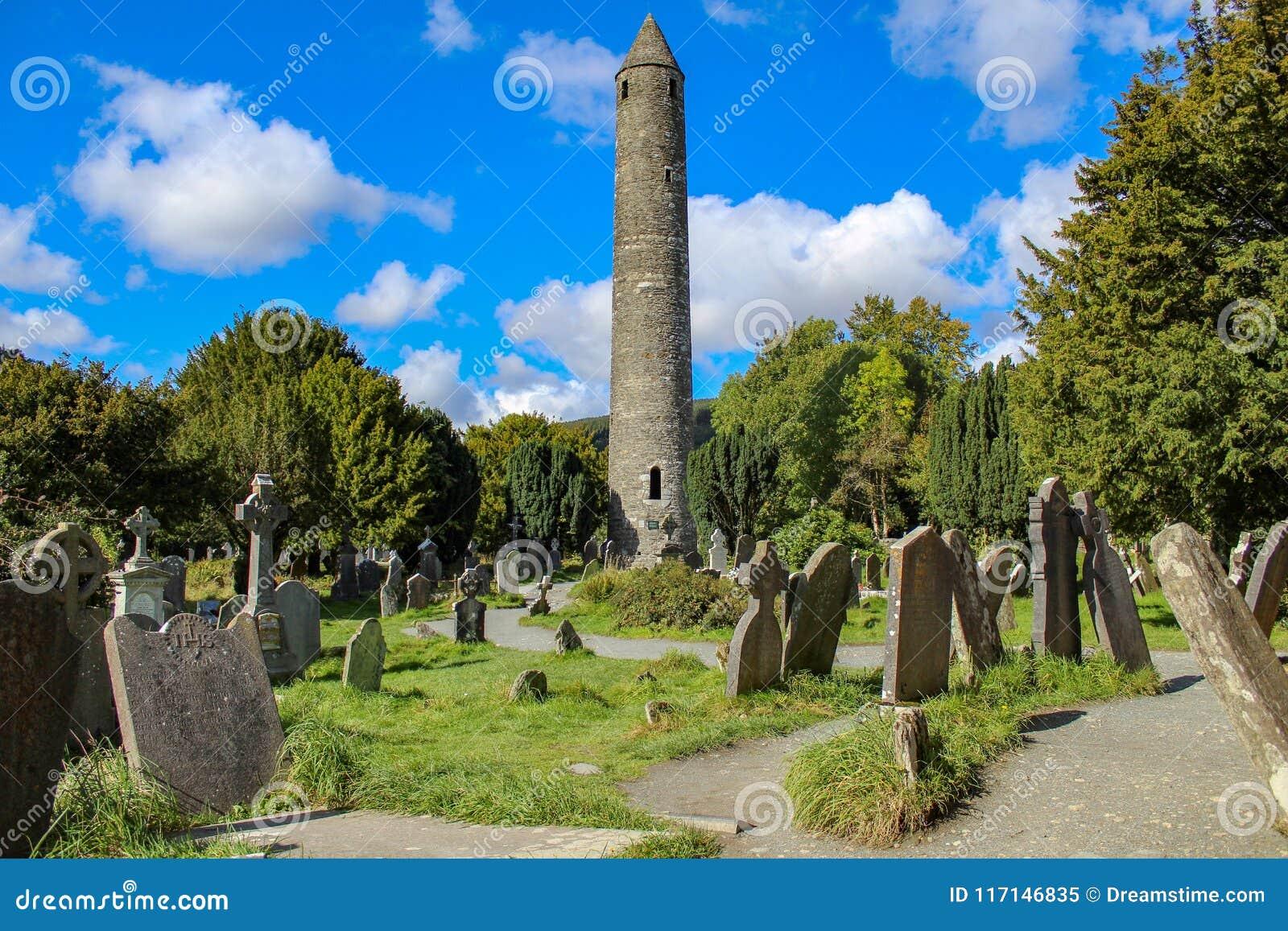 Tour et pierres tombales chez Glendalough