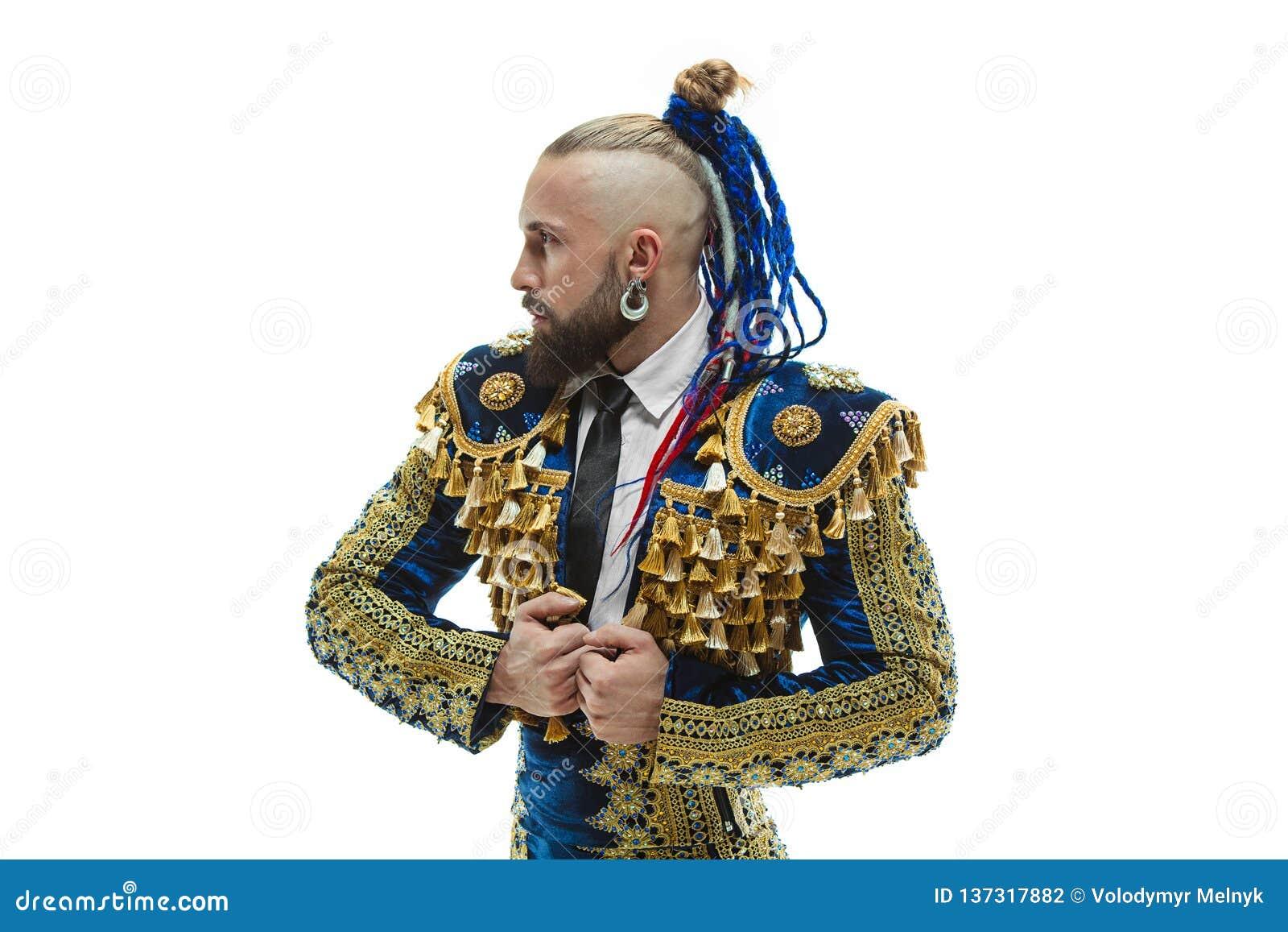 Toureiro no terno do azul e do ouro ou toureiro espanhol típico isolado sobre o branco