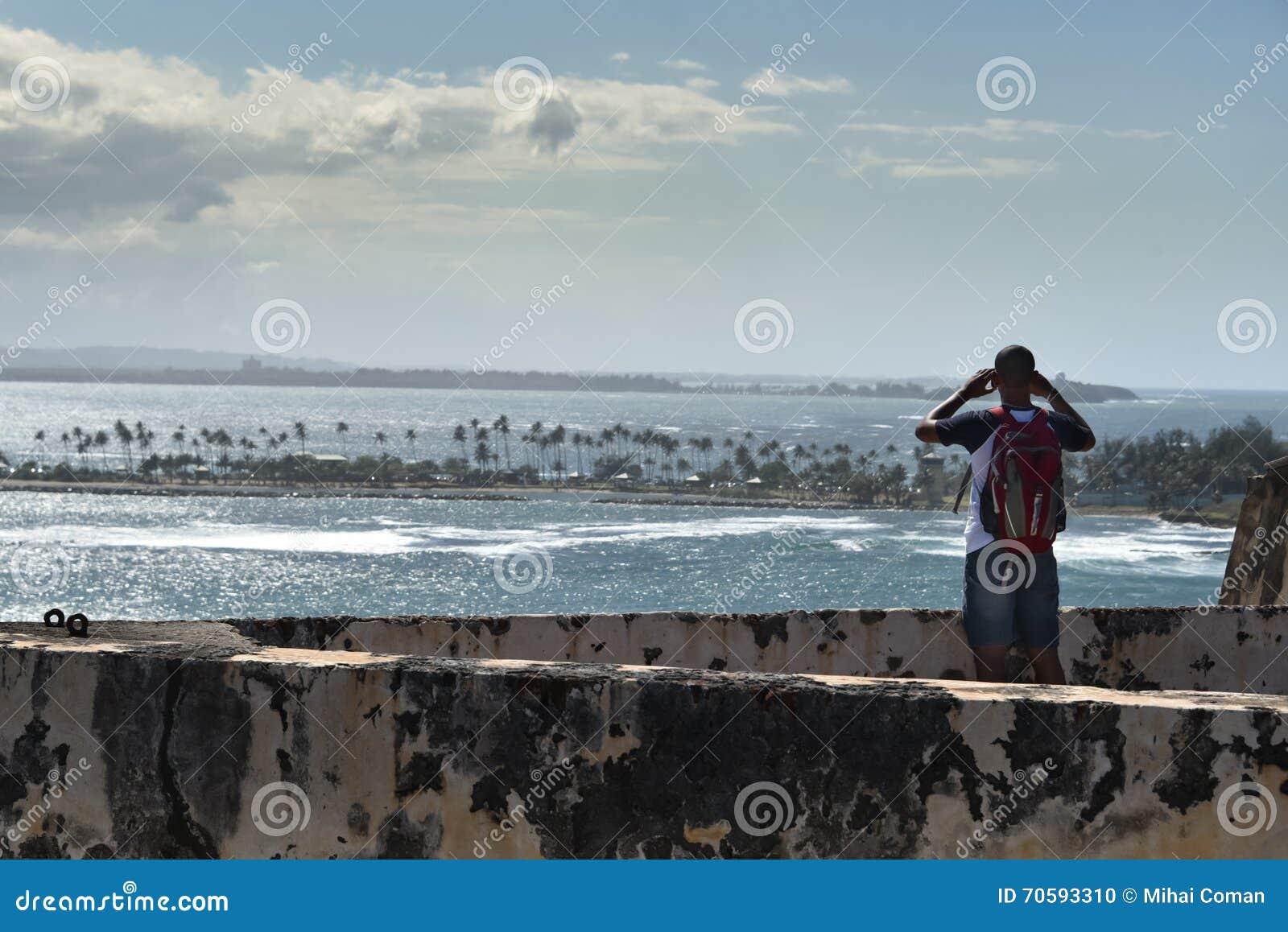 Tourist, der heraus über San- Juanhafen schaut