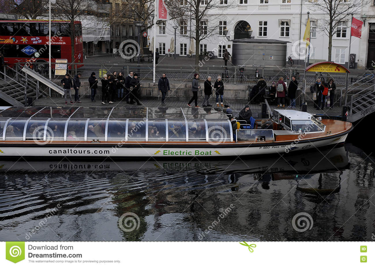 TOURIST ENJOY CANAL TOUR IN COPENHAGEN Editorial Stock Image - Image: 81845654