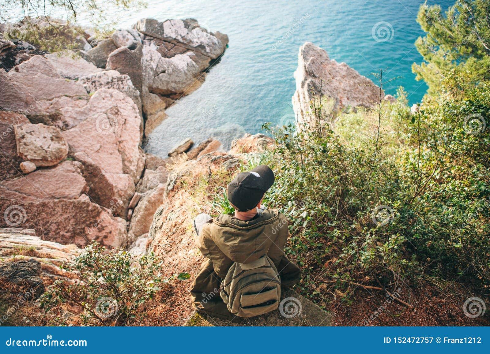 Tourist mit einem Rucksack nahe dem Meer