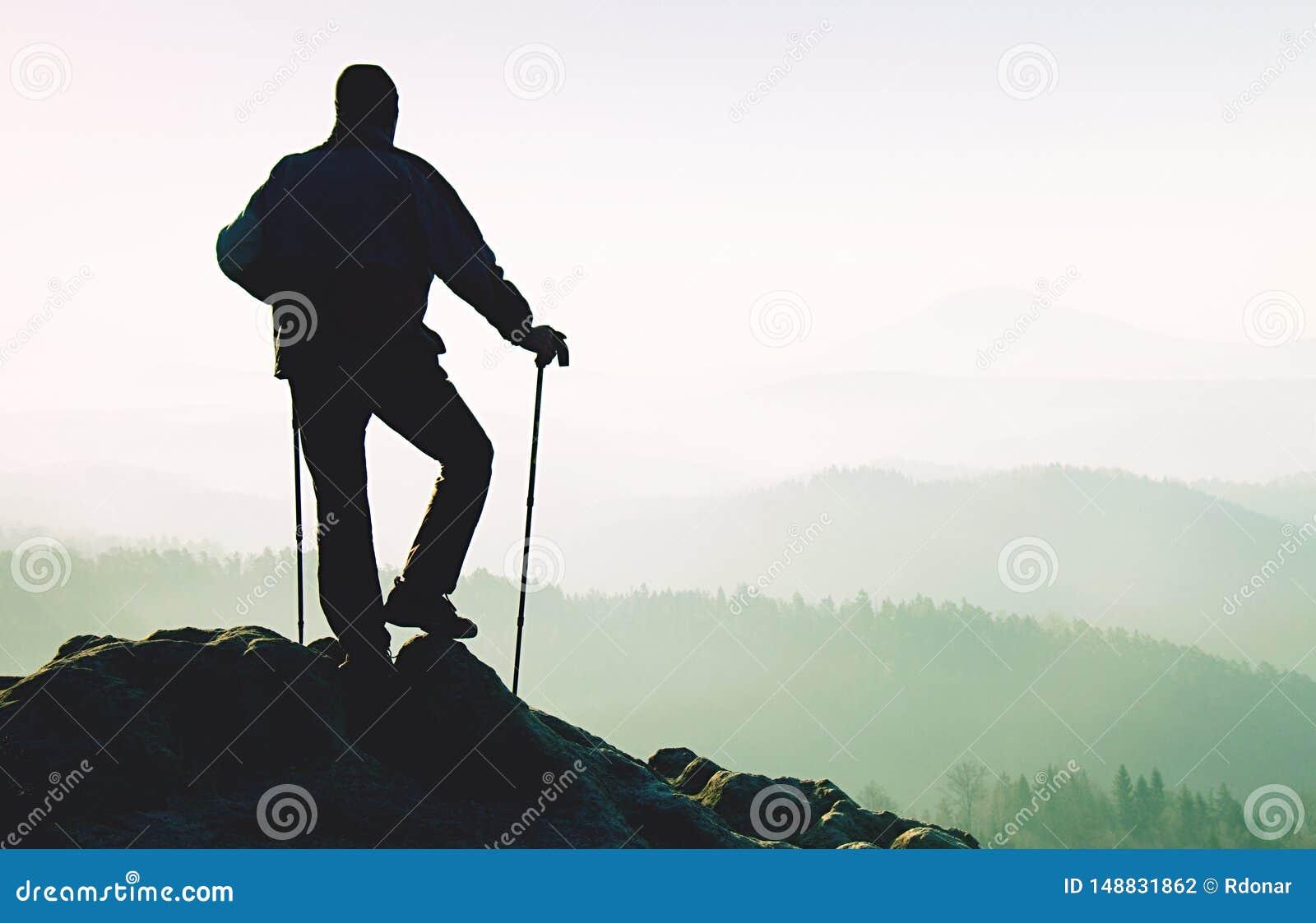 Tourist mit Pfosten in der Hand Sonnige Fr?hlingslandschaftsfelsiger Gipfel
