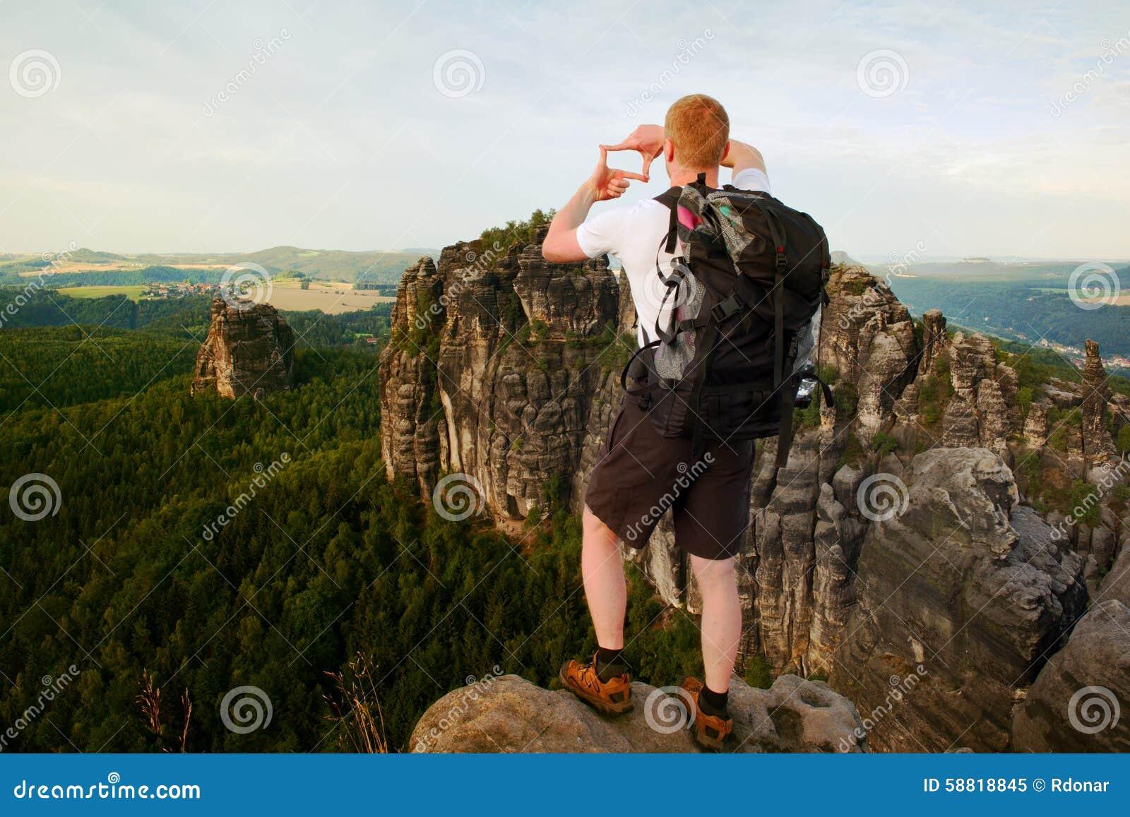 Tourist Mit Rucksack Machen Rahmen Mit Den Fingern Auf Beiden Händen ...