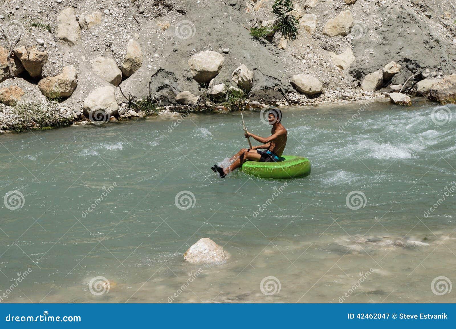 Tourist surft den Whitewater