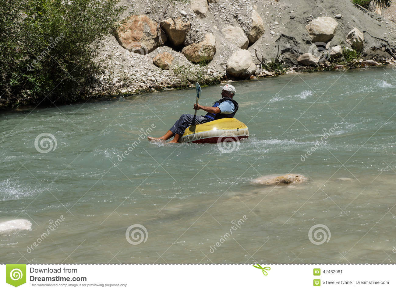 Tourist surft den Whitewater