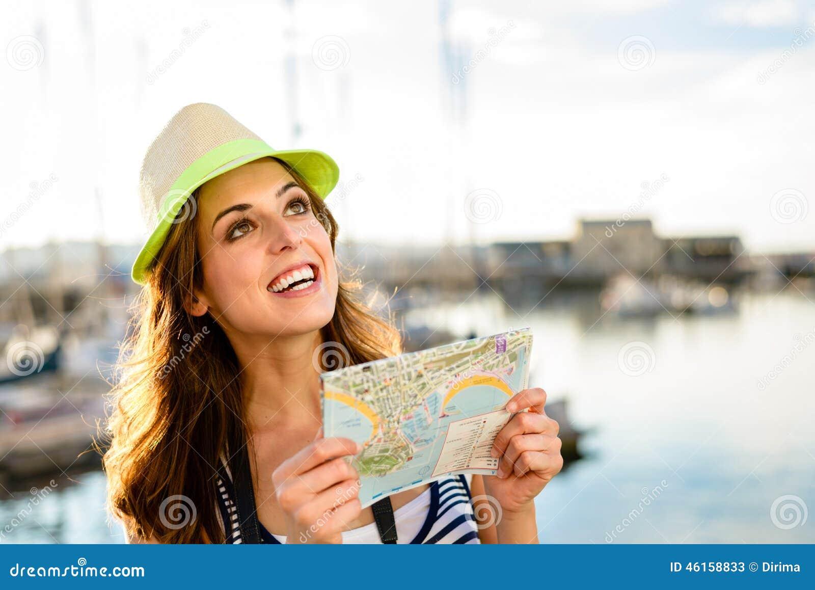 Touriste avec la carte sur le voyage d été par le port