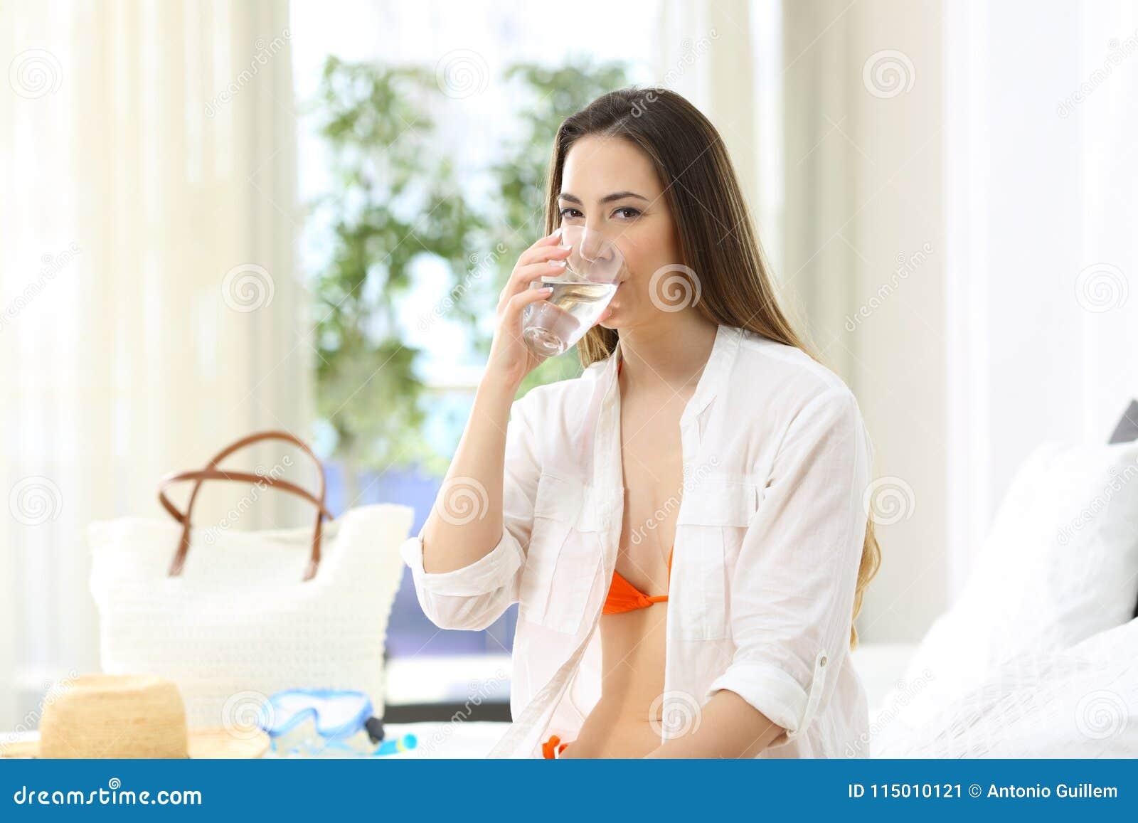 Touriste buvant l eau du robinet potable dans une chambre d hôtel