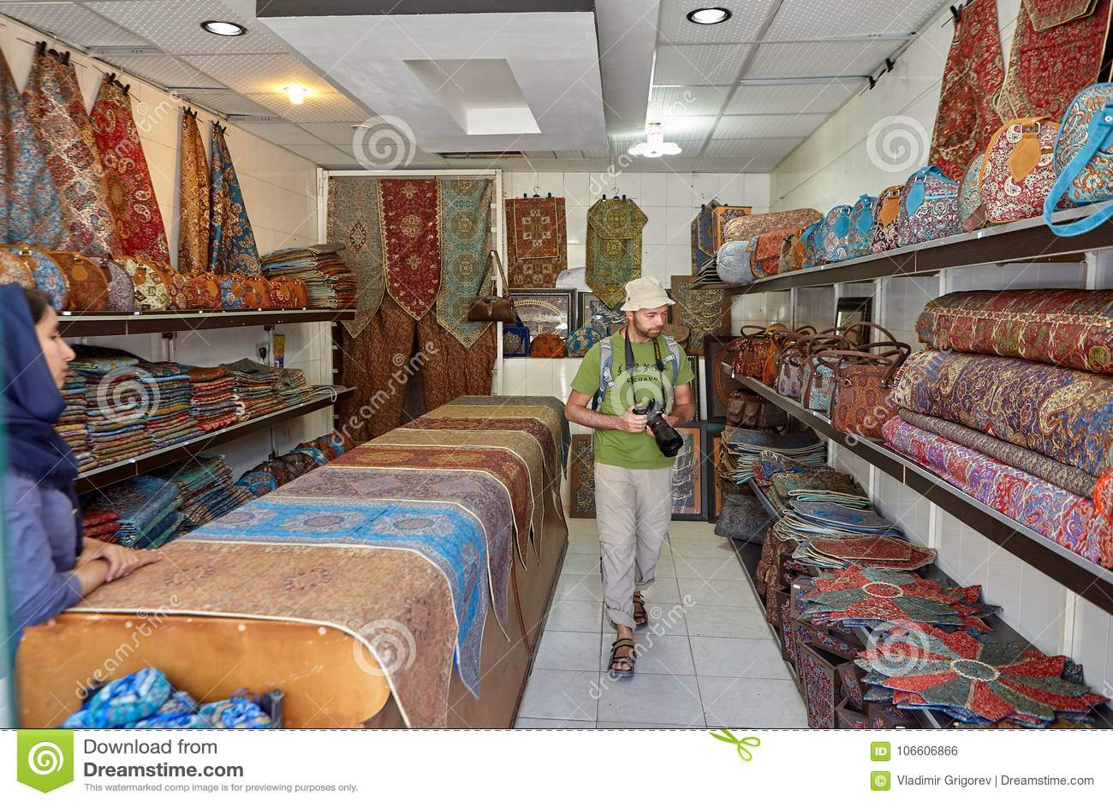 Touriste Considerant Des Tapis Dans La Boutique De Tapis Yazd Iran