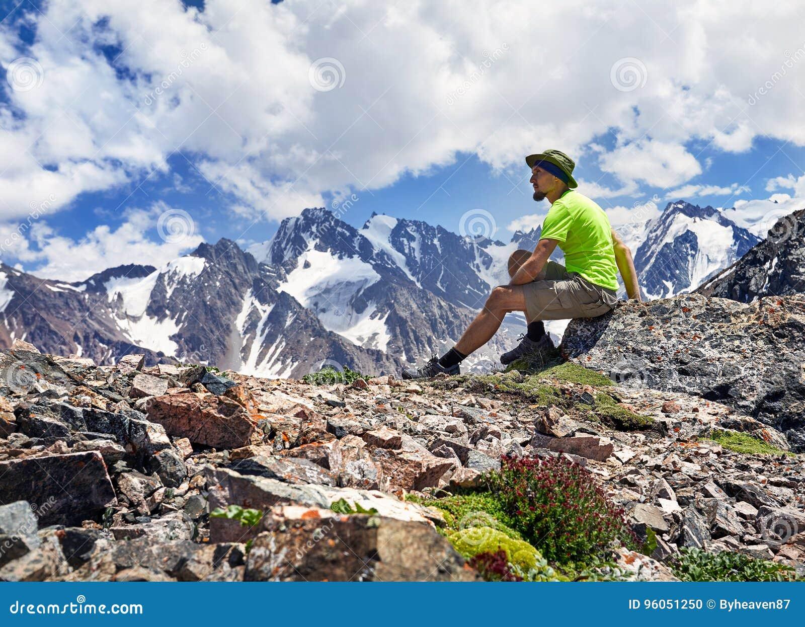 Touriste dans les montagnes
