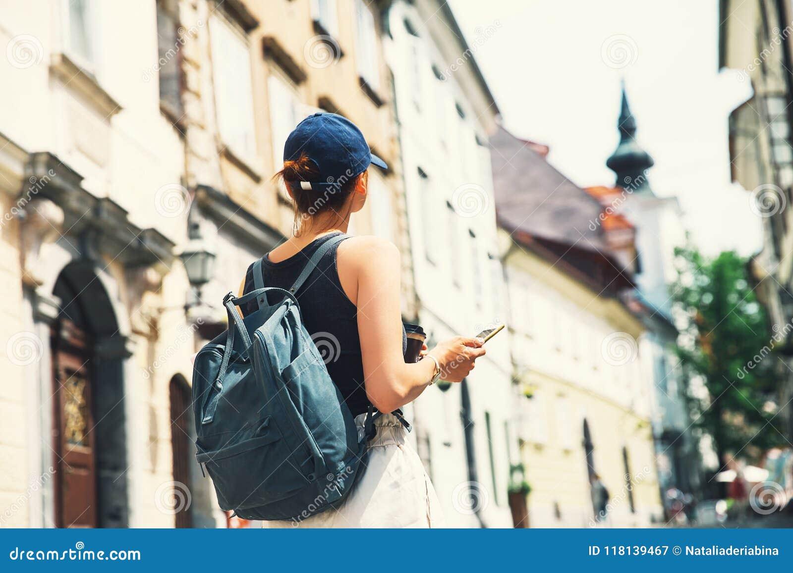 Dos La Rue Touriste Ljubljana Femme Avec Le Sac Sur De À WH29EYDI