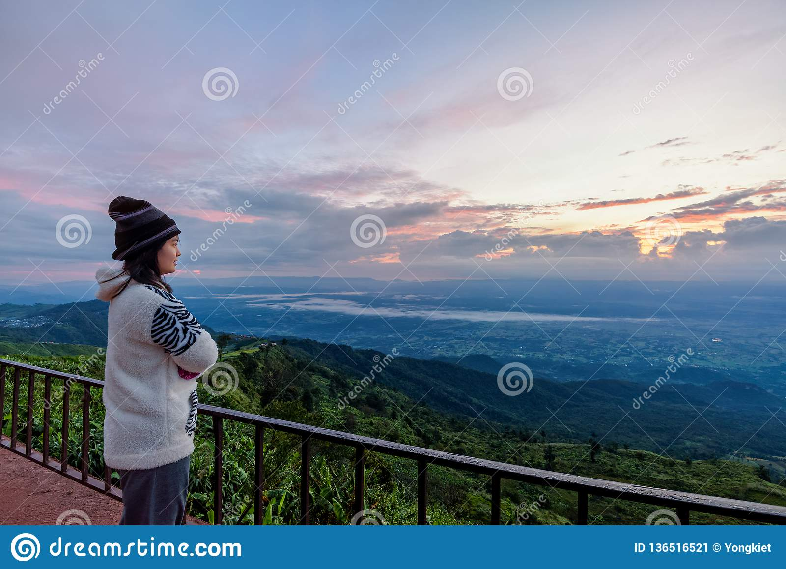 Touriste de femme observant le lever de soleil