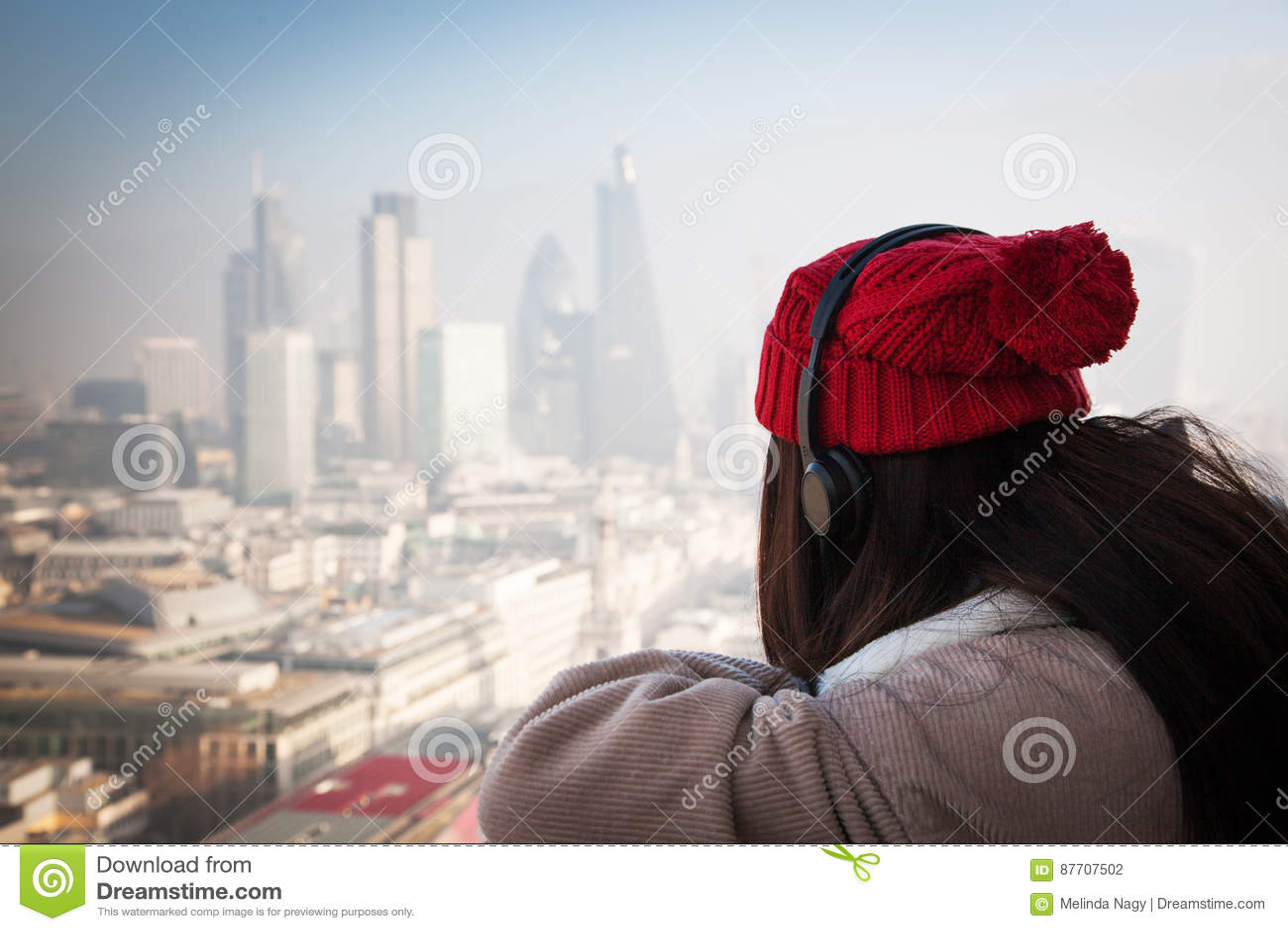 Touriste de femme sur St Paul et x27 ; cathédrale de s, Londres