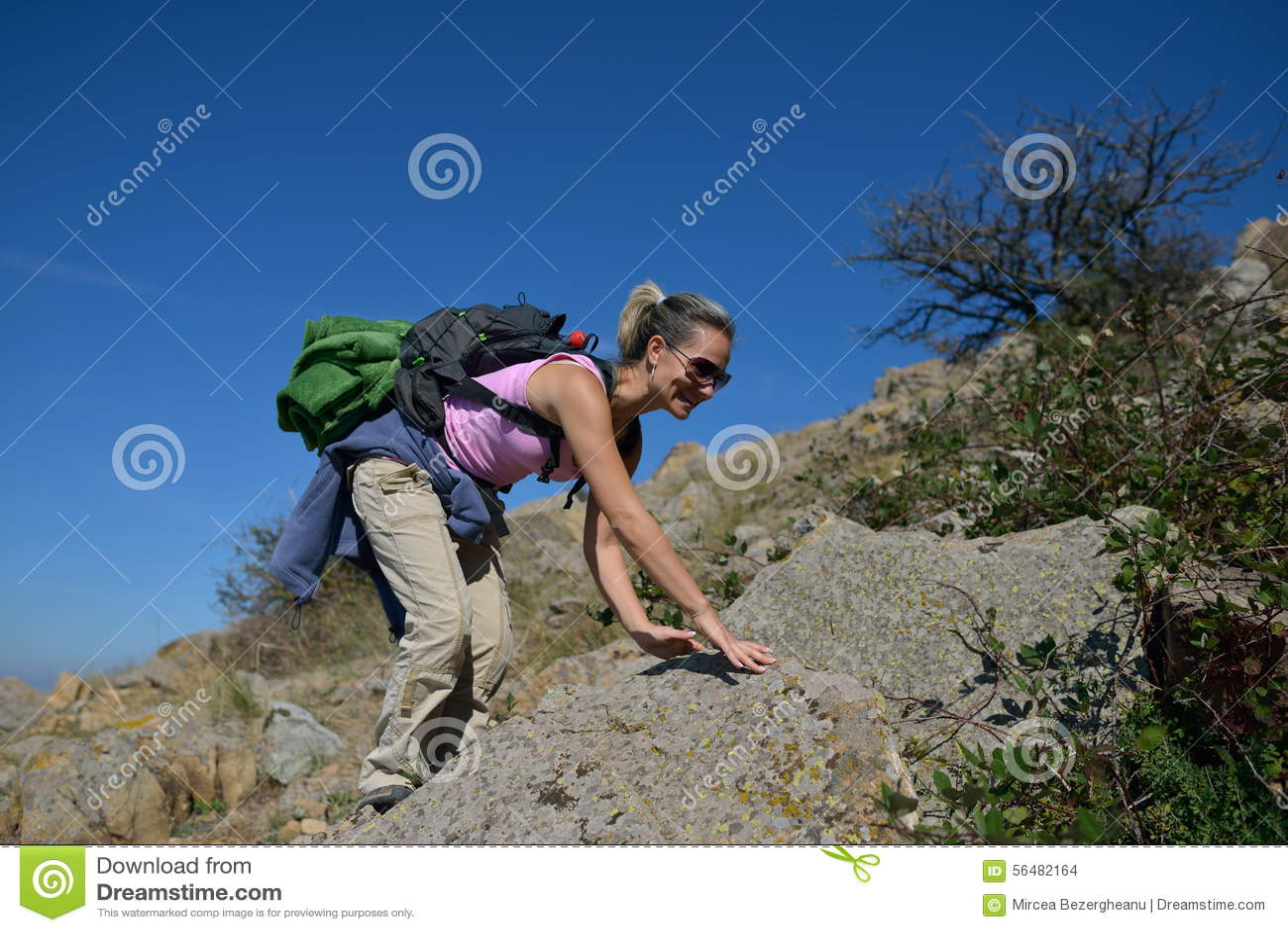 Touriste de jeune femme dans la zone alpestre
