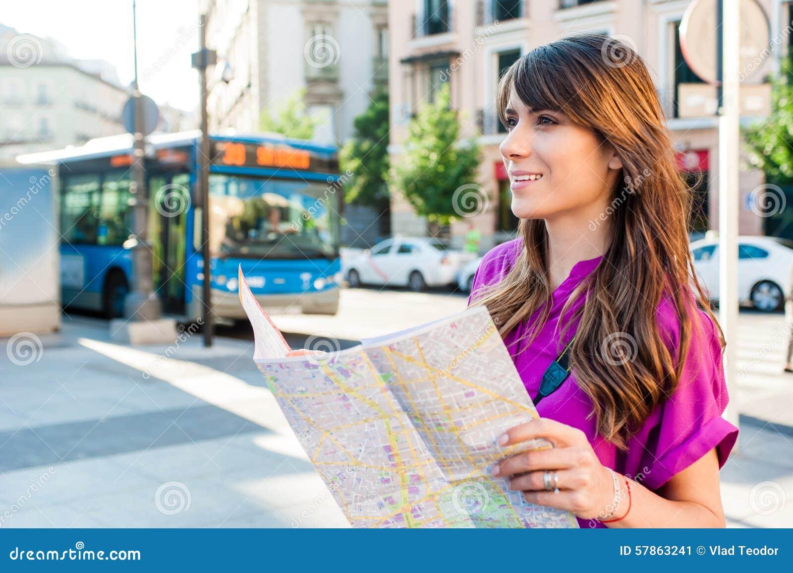 Touriste de jeune femme tenant une carte de papier