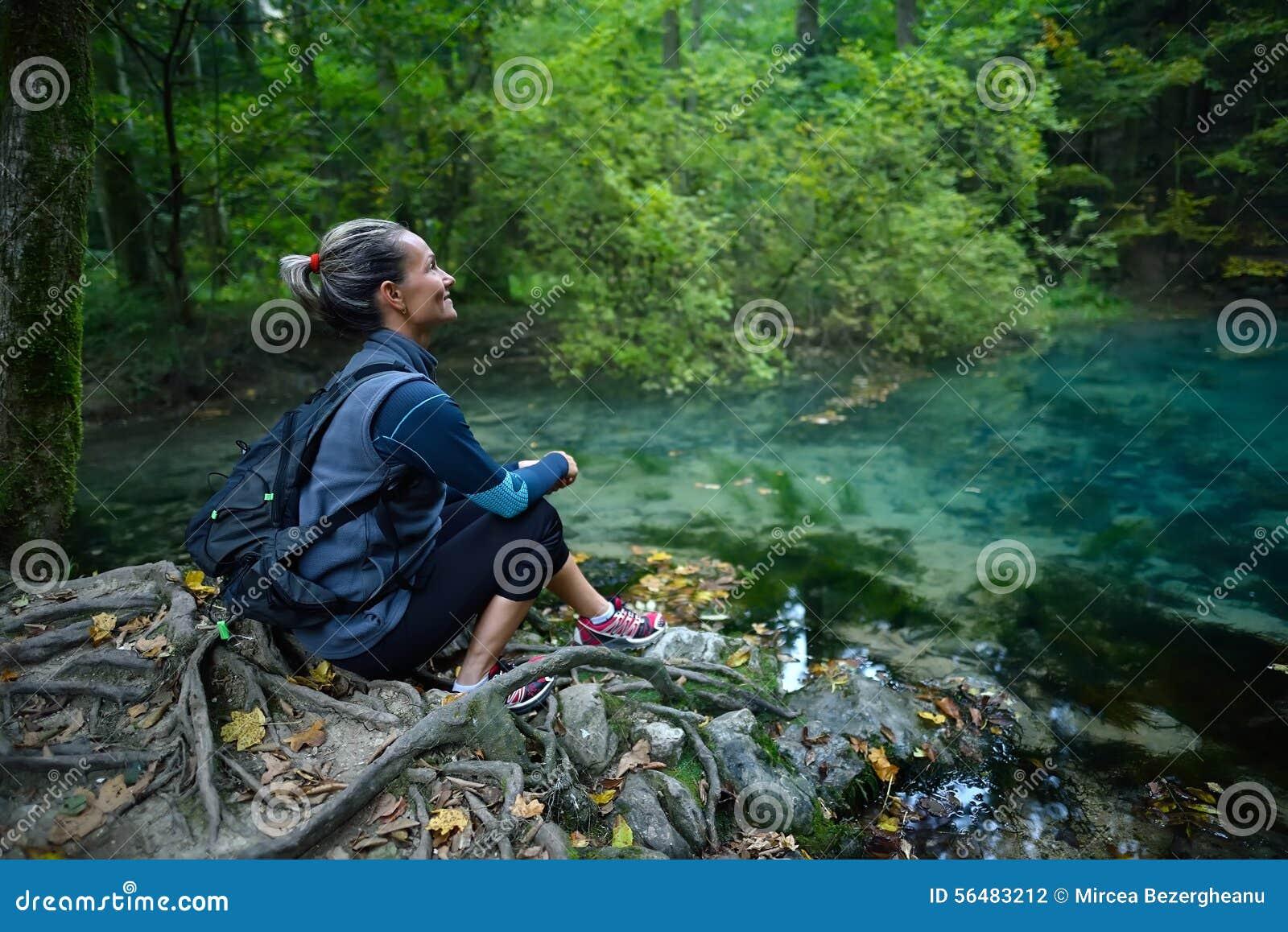Touriste féminin dans la forêt