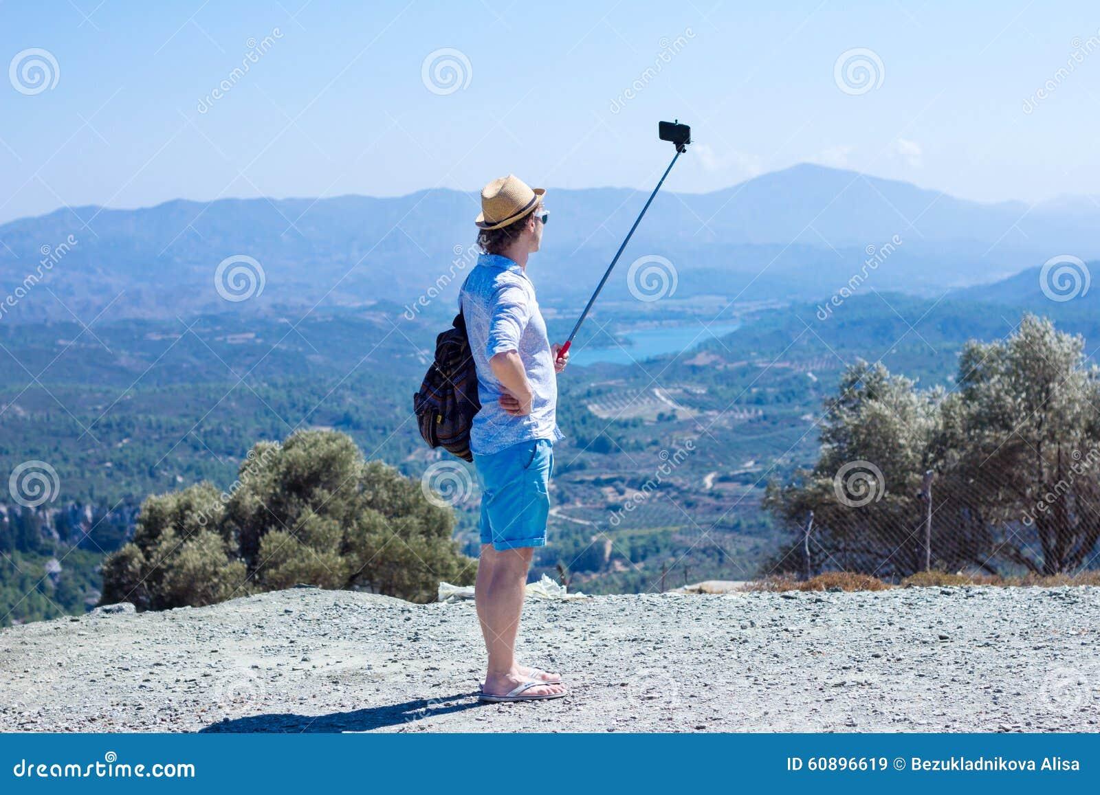 Touriste faisant le selfie dans la perspective du beau paysage