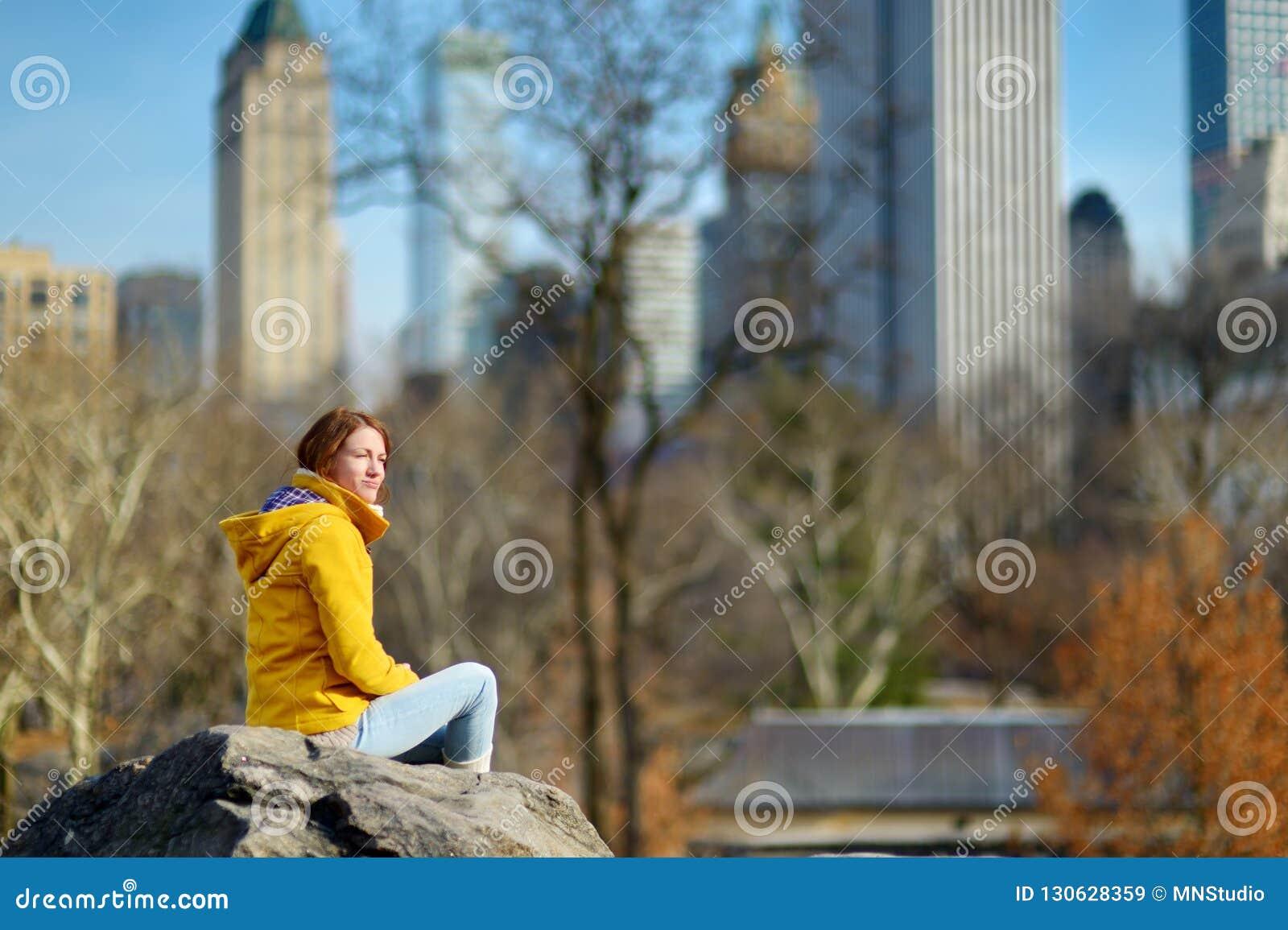 Touriste heureux de jeune femme visitant le pays au Central Park à New York City Voyageur féminin appréciant des vues de Manhatta