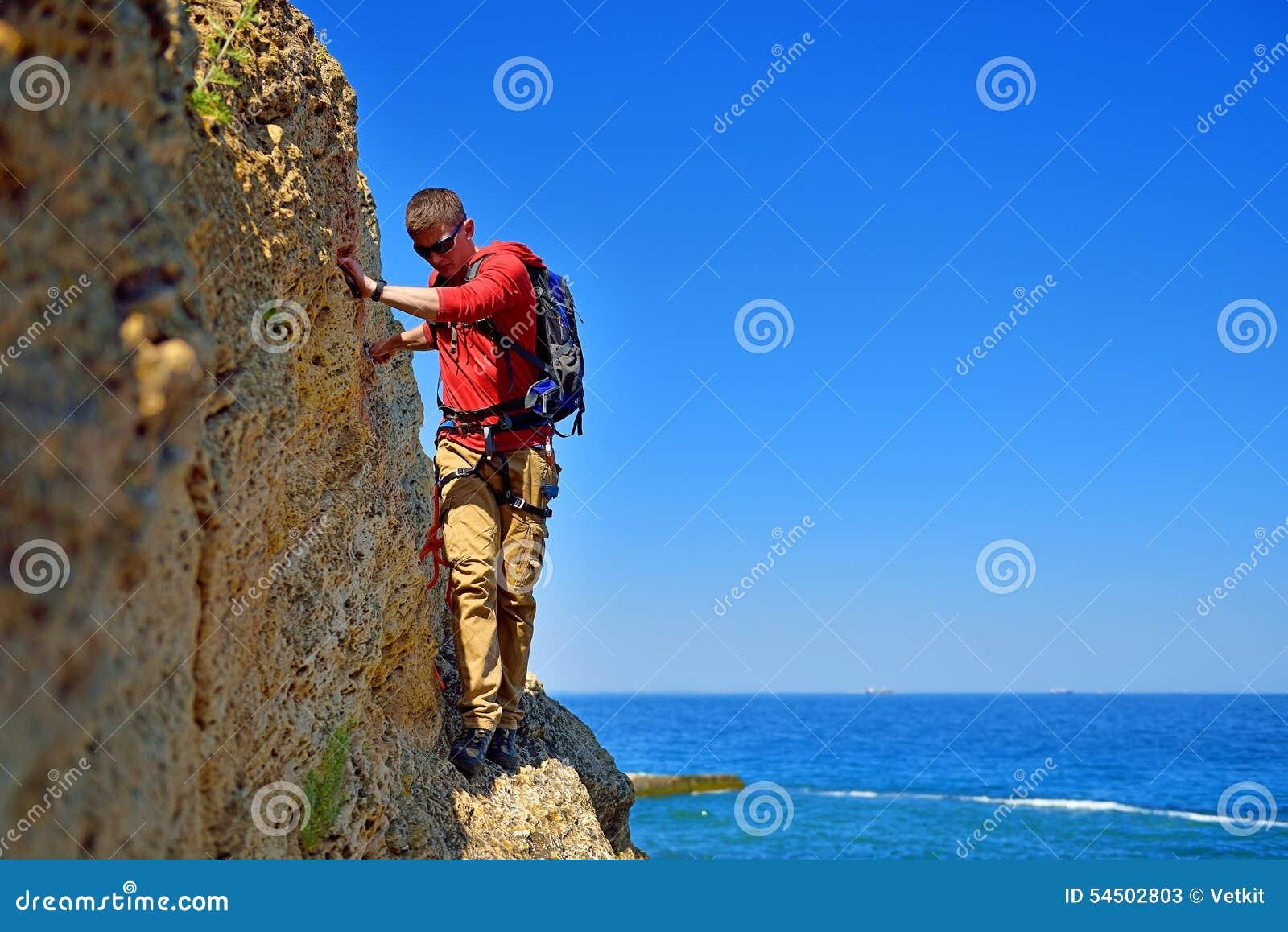 Touriste marchant sur la falaise