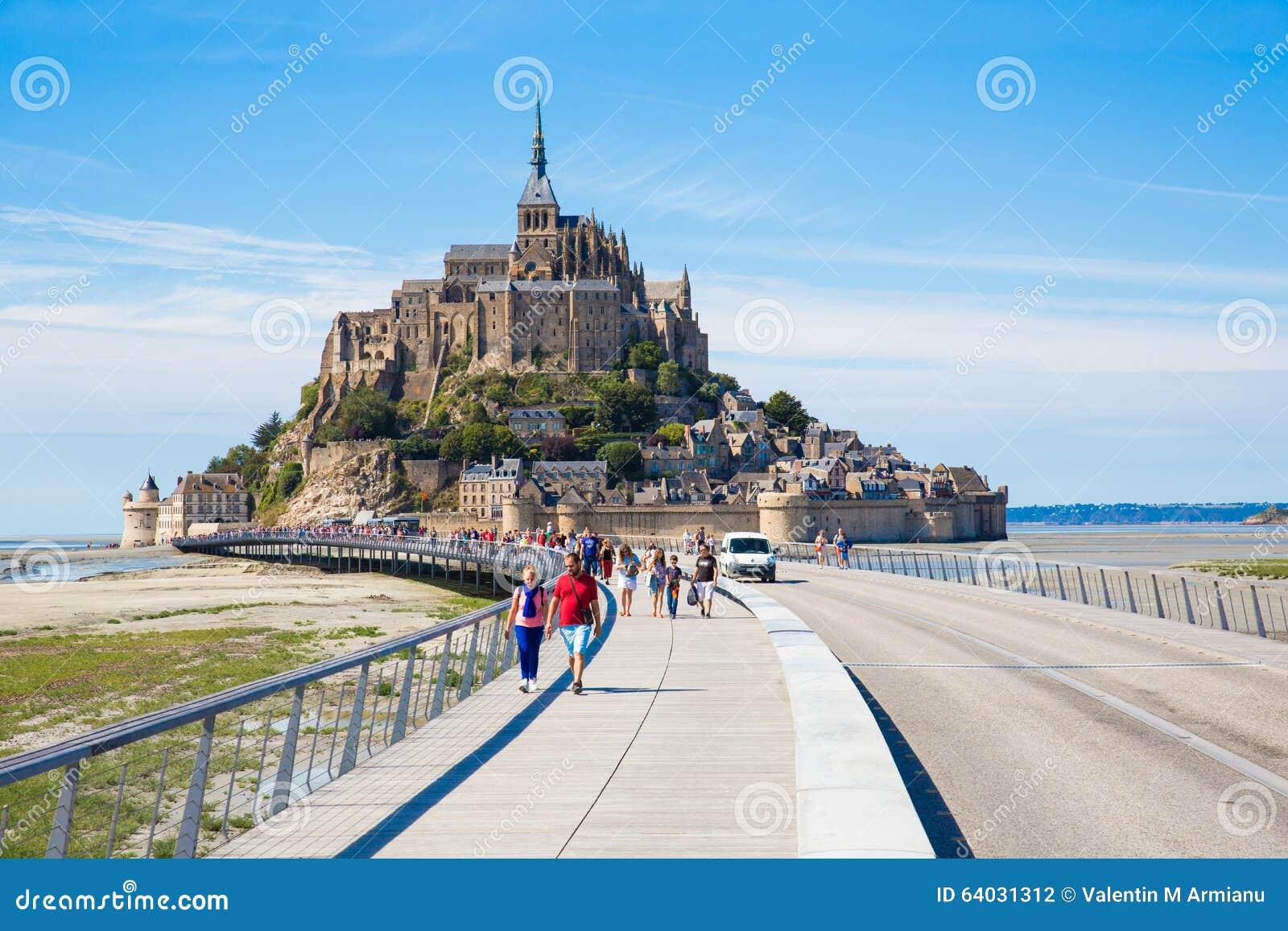 Touristen bei Mont Saint Michel