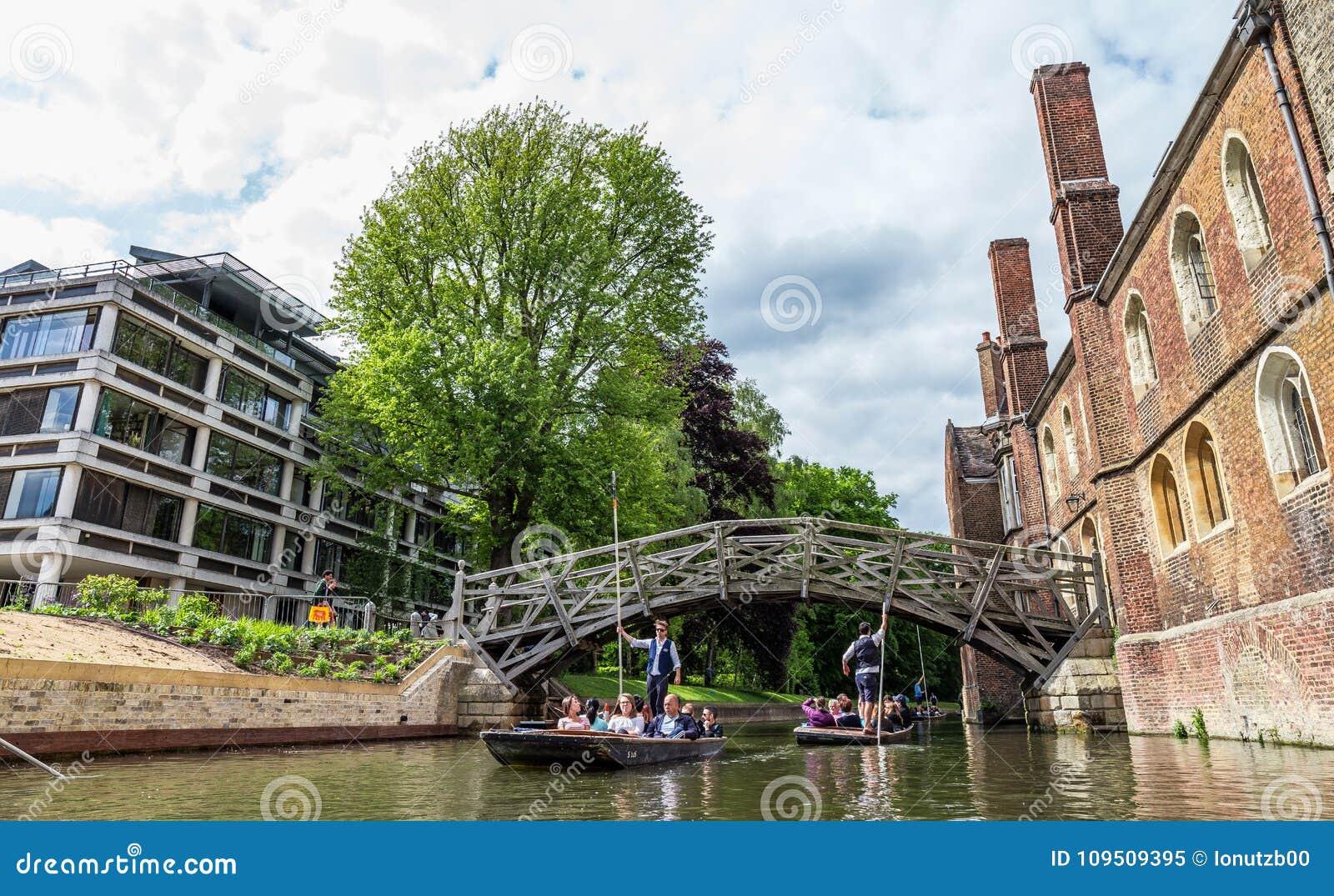 Touristen an der mathematischen Brücke Cambridge, England, 21. vom Mai 2017