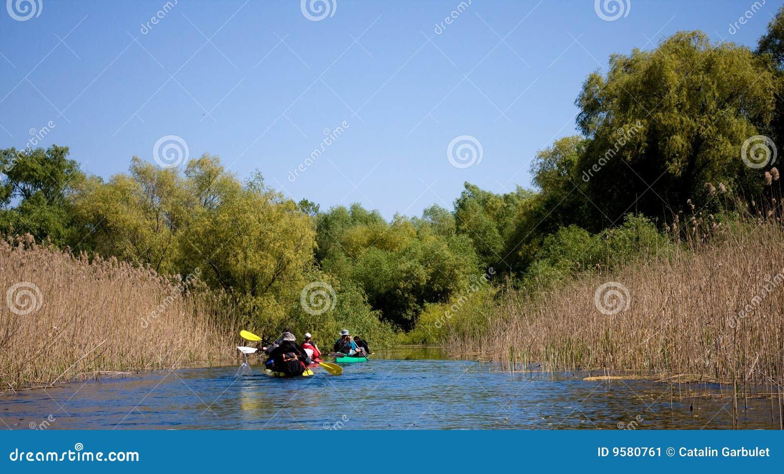 Touristen, die auf Kajak segeln