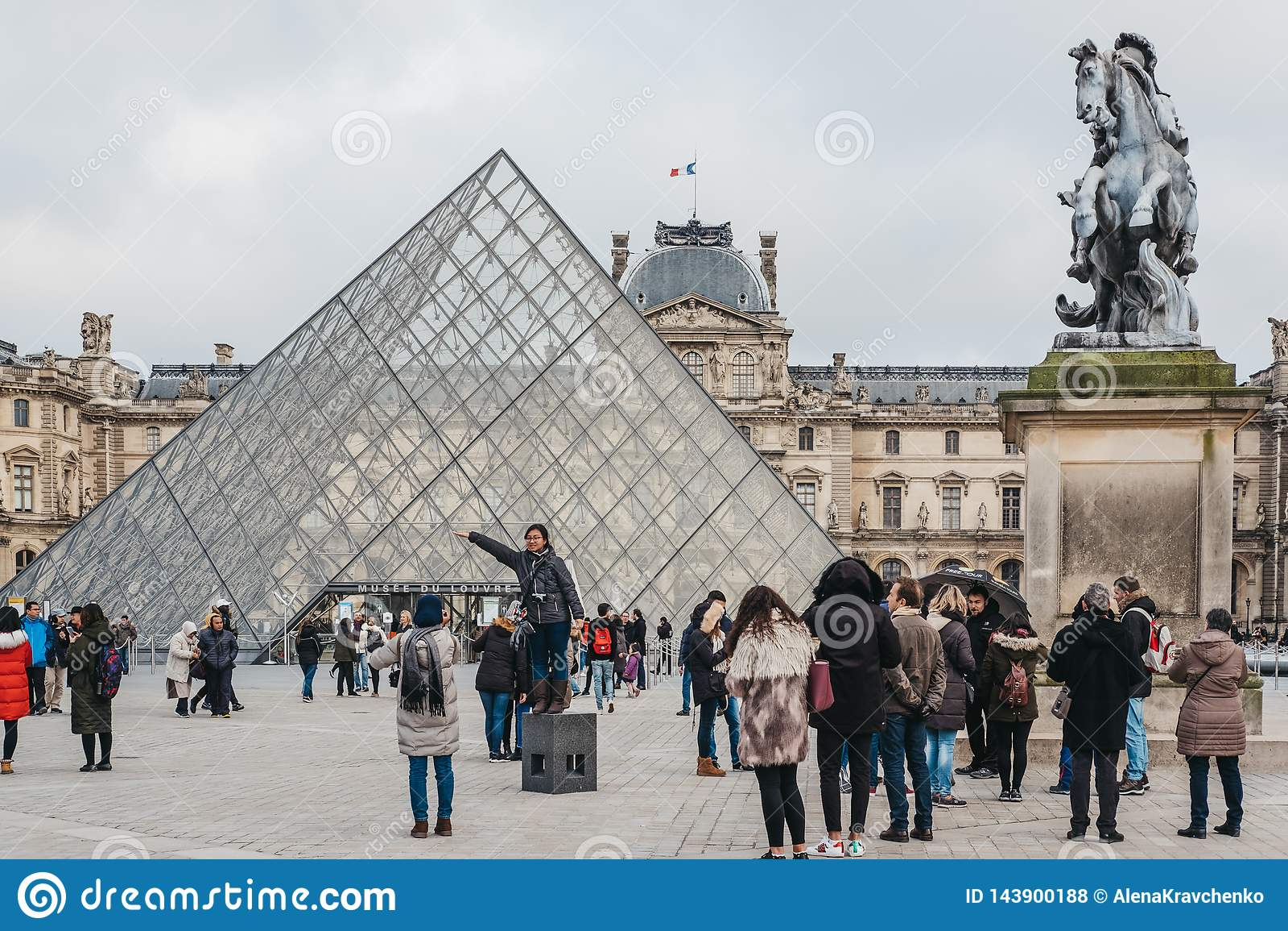Touristen, die Fotos in der Front auf dem Louvre-Museum in Paris, Frankreich machen