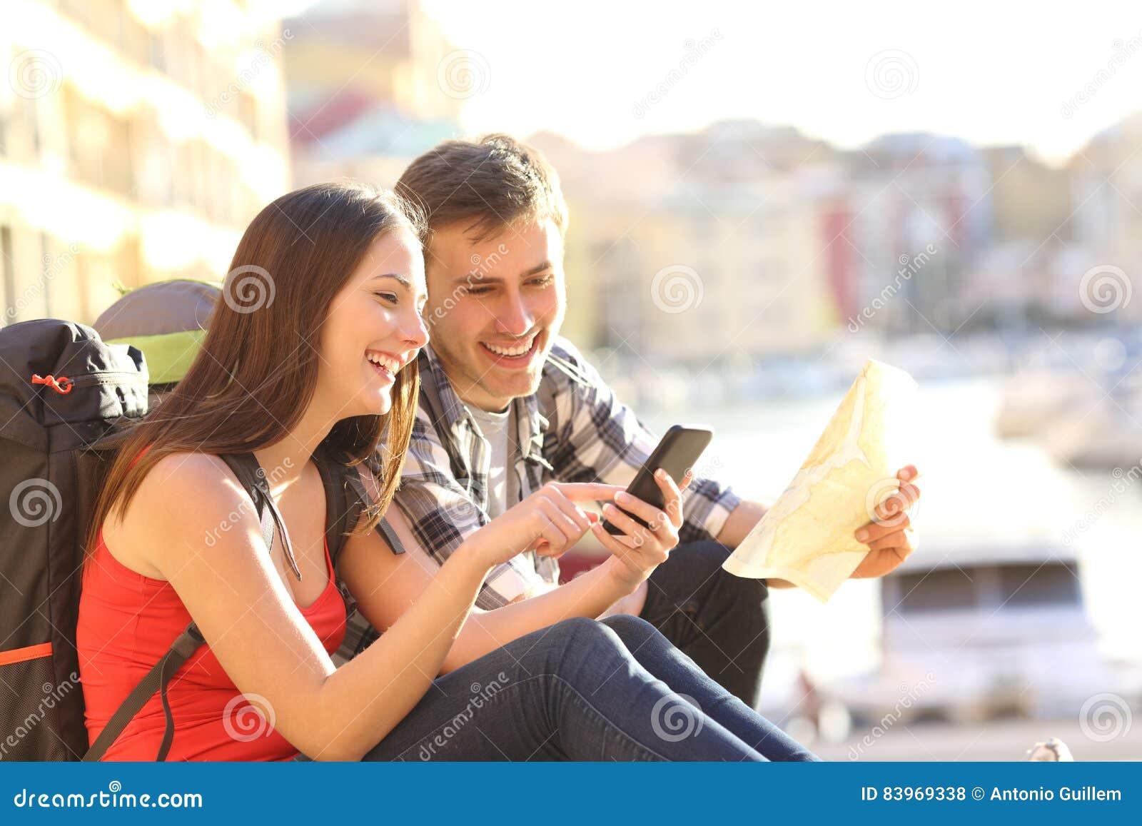 Touristen, die Standort an einem intelligenten Telefon suchen