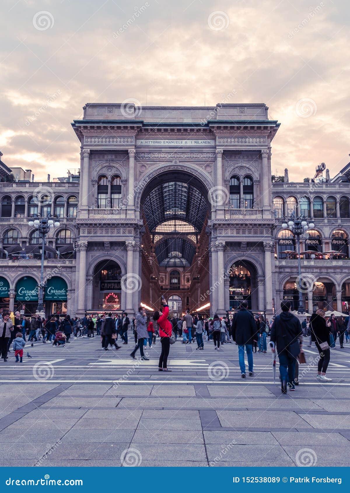 Touristen am Galleria Vittorio, Mailand, Italien