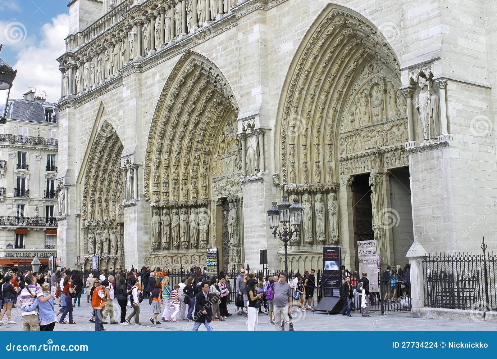Touristen nähern sich Notre Dame de Paris. Frankreich