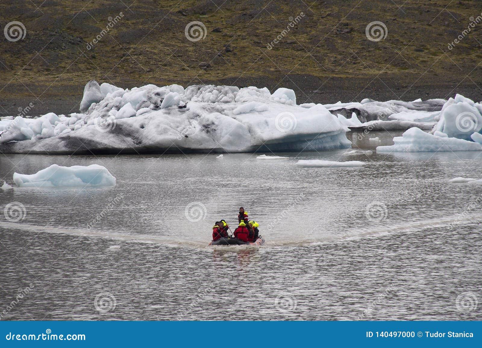 Touristen nahe gefrorenem Eis vom Gletscher in Island