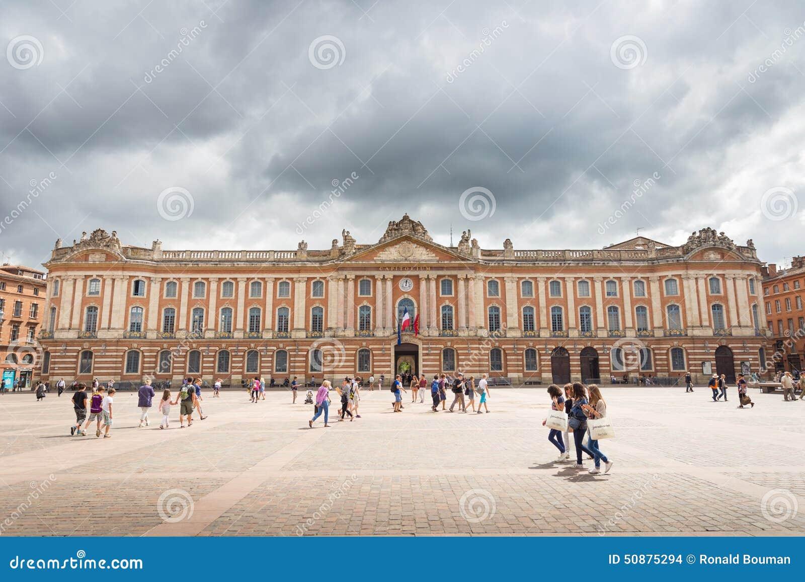 Touristen und Einheimische zahlen einen Besuch zu Capitole de Toulouse